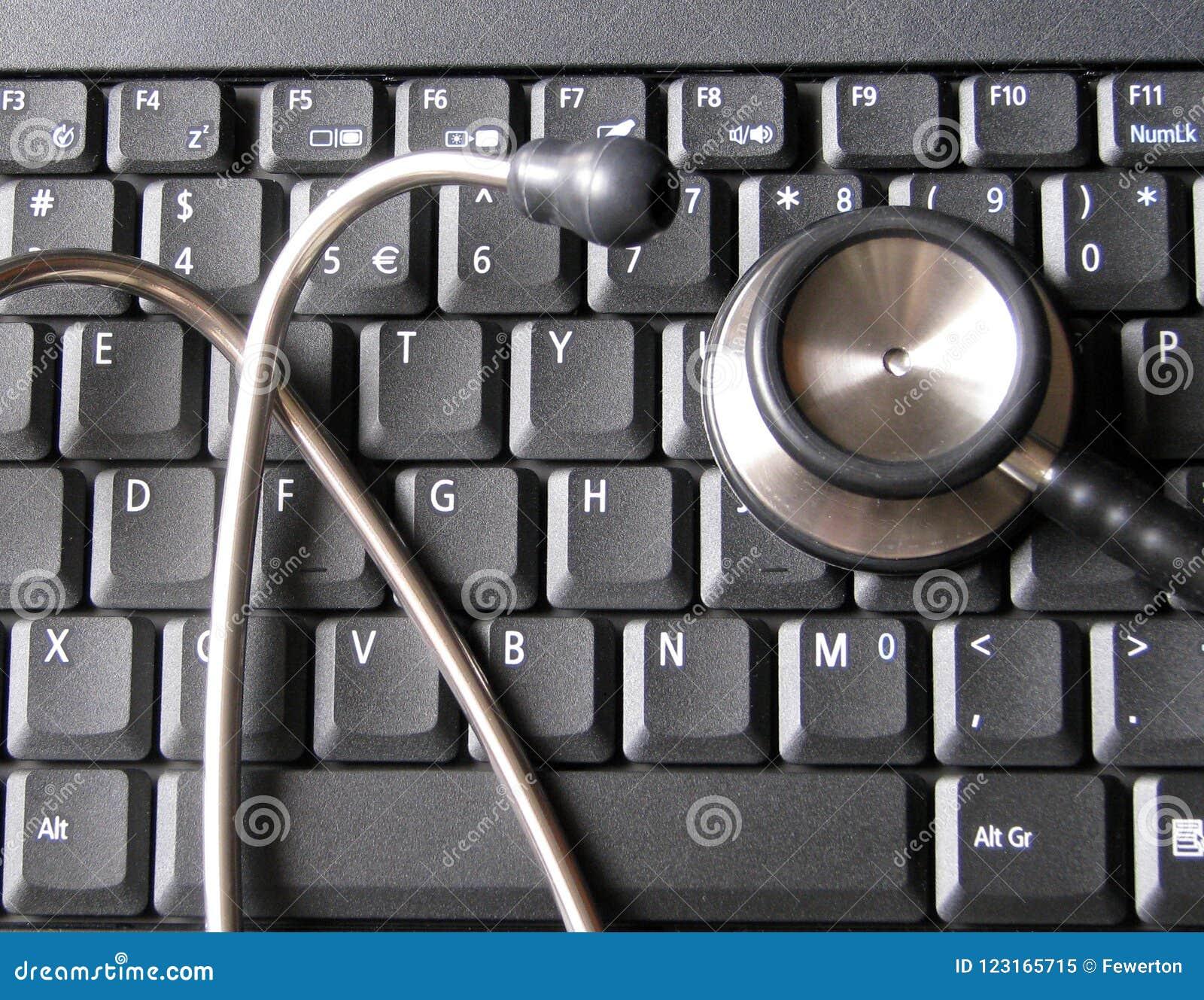 Medizinisches Stethoskop auf Laptop-Computer Tastatur Illustrativ vom Gesundheitswesen und von der Technologie, Informatik, Bioin