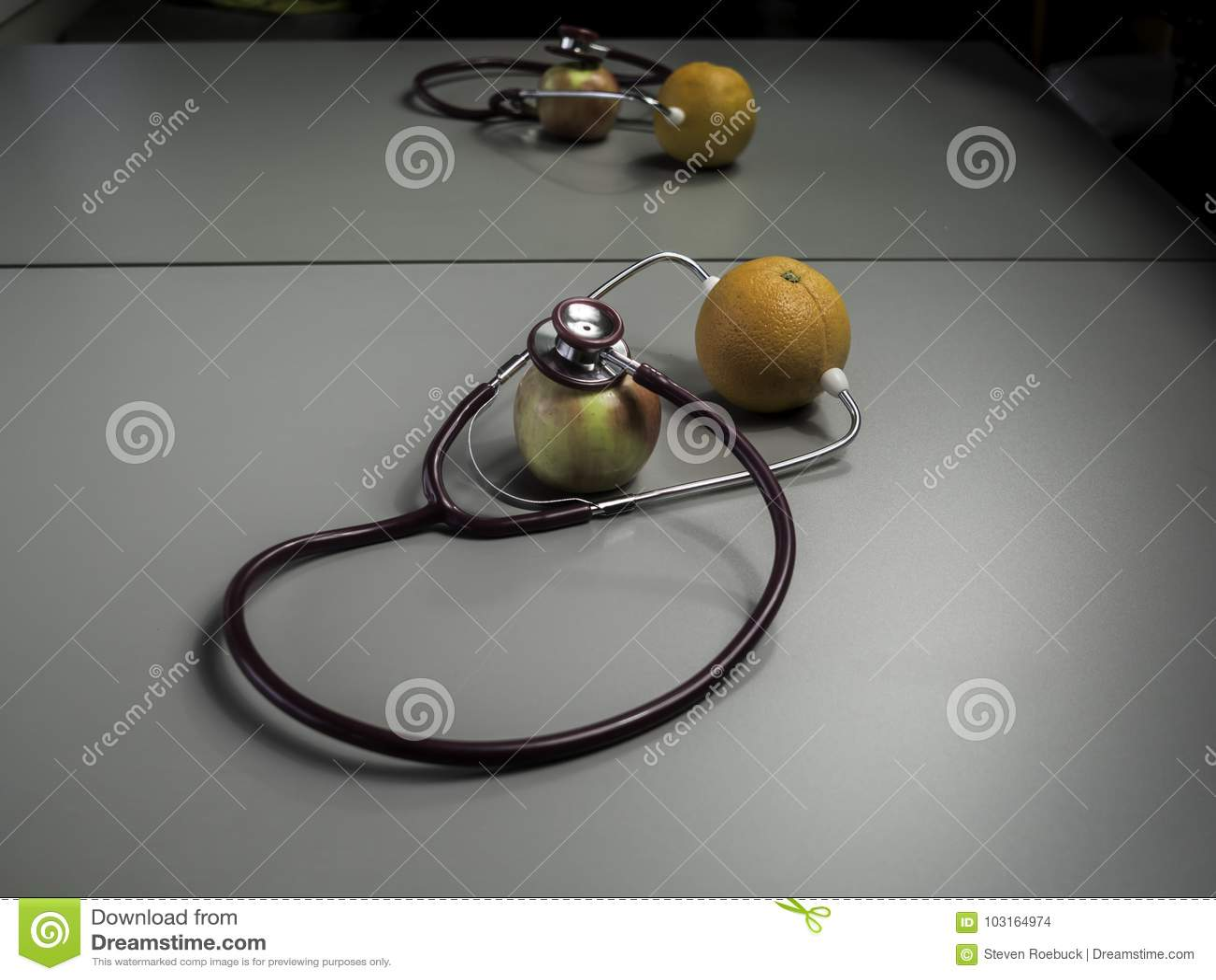 Medizinisches Stethoskop und Frucht