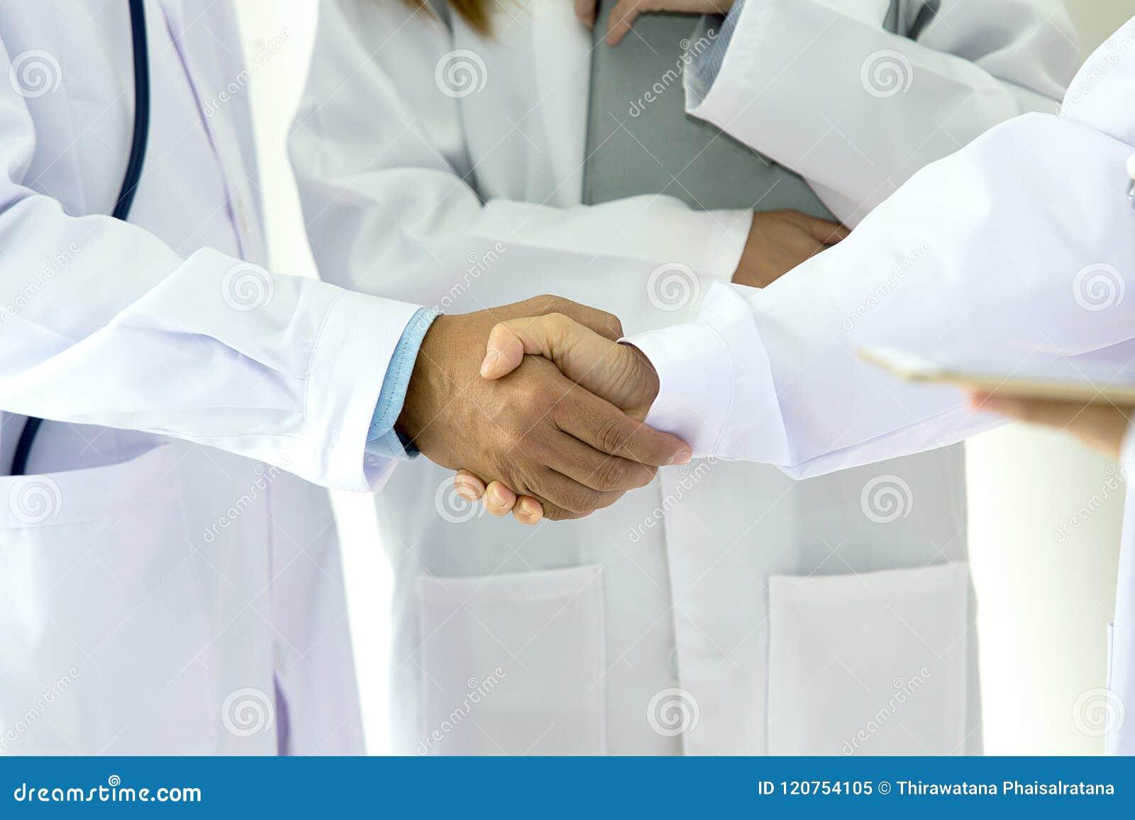 Medizinisches und Gesundheitswesenkonzept Junges medizinisches Leutehändeschütteln