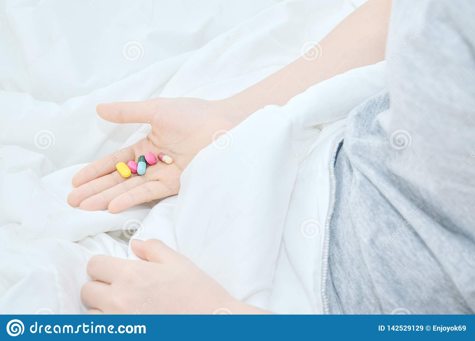 Medizintabletten sind an Hand