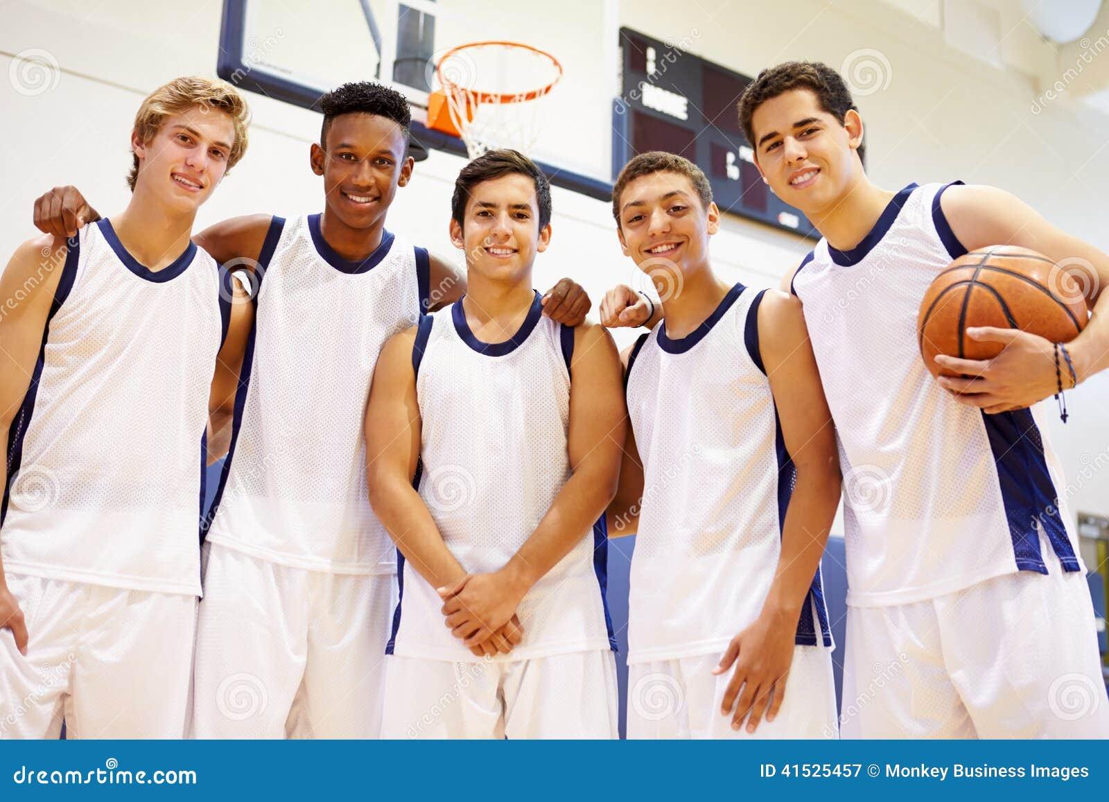 Medlemmar av den manliga högstadiumbasketlagen