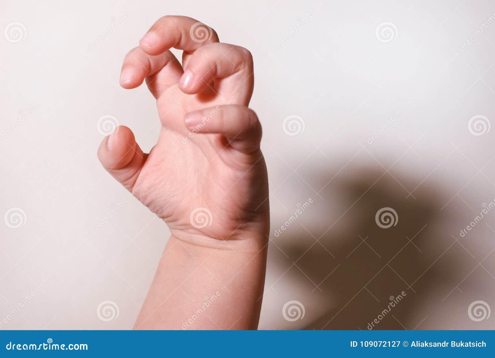 Medos da infância O gesto com uma mão do ` s da criança com uma sombra simboliza o medo do ` s da criança