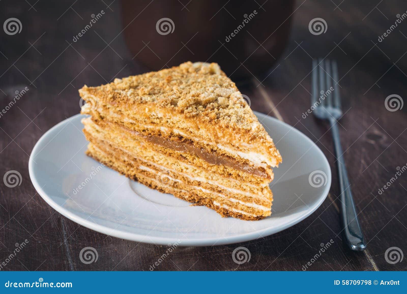 Medovik - płatowaty miodowy tort na bielu talerzu