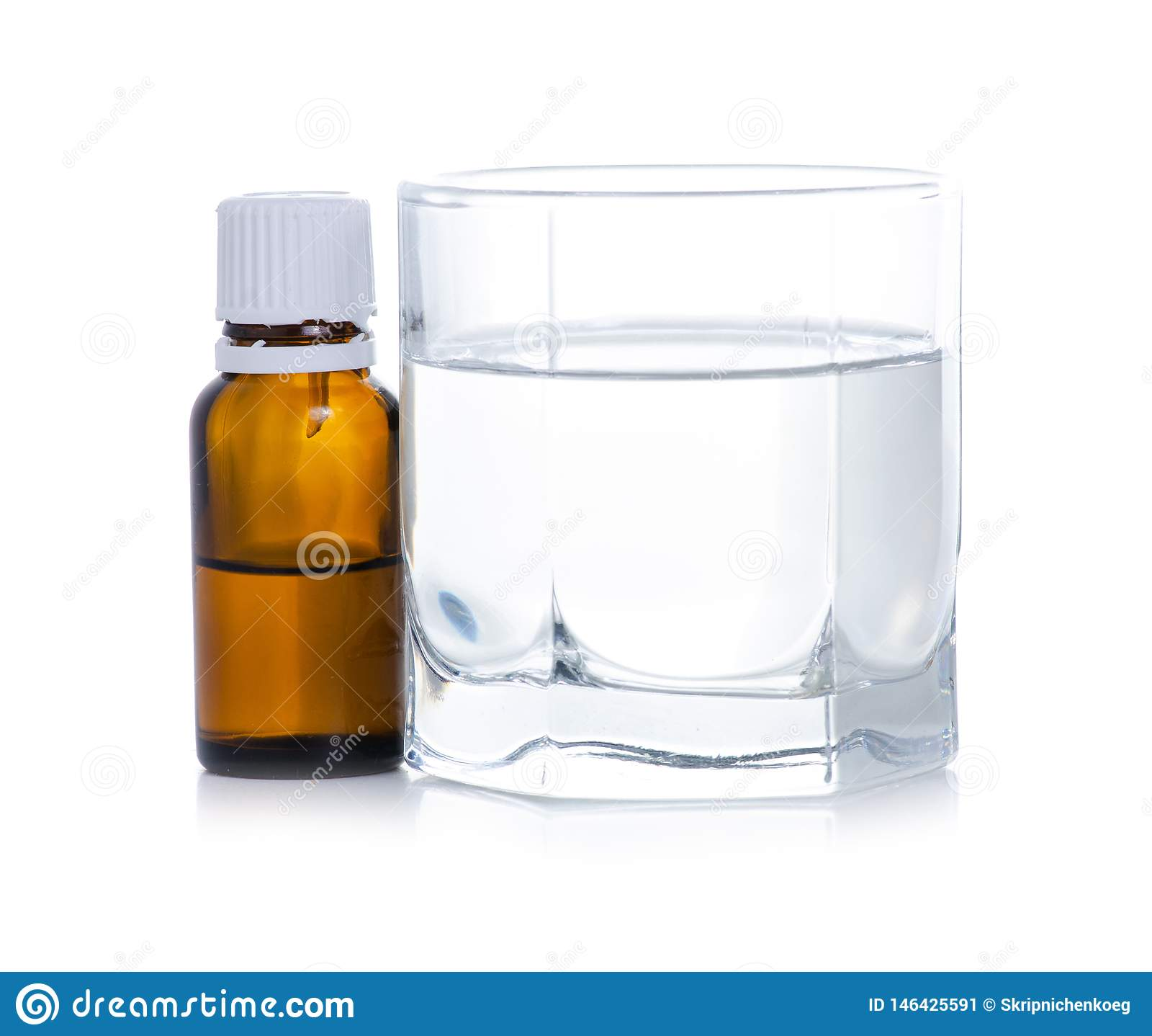 Medycyny butelka kapie w szkło woda
