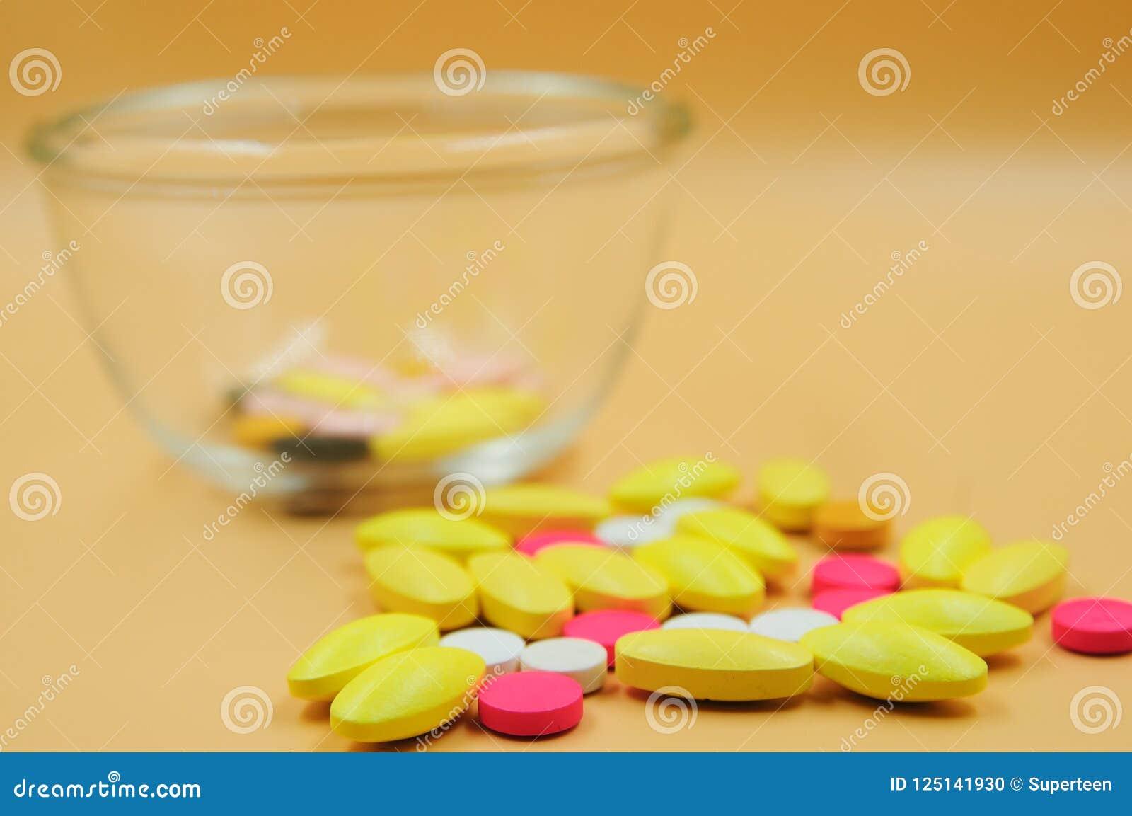 Medyczne pastylki różne na kolorze