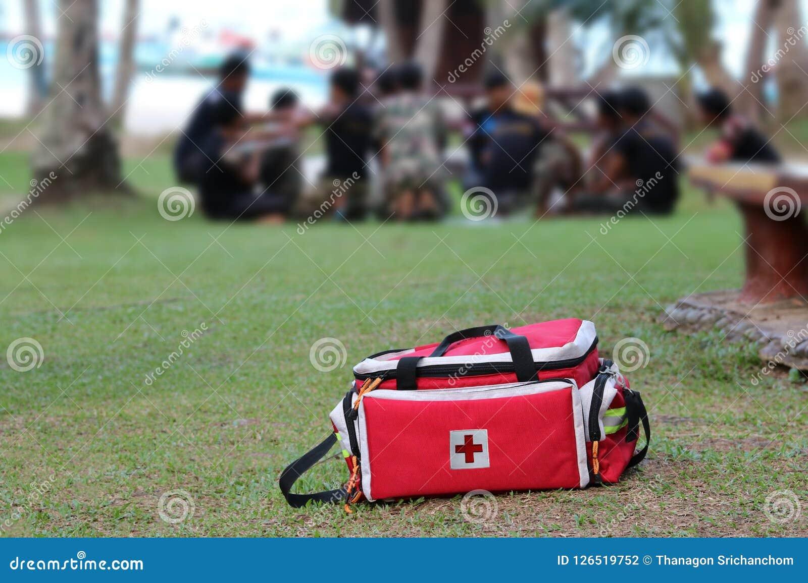 Medycznego nagłego wypadku narzędziowej torby lub pierwszej pomocy zestaw z ludźmi który resc