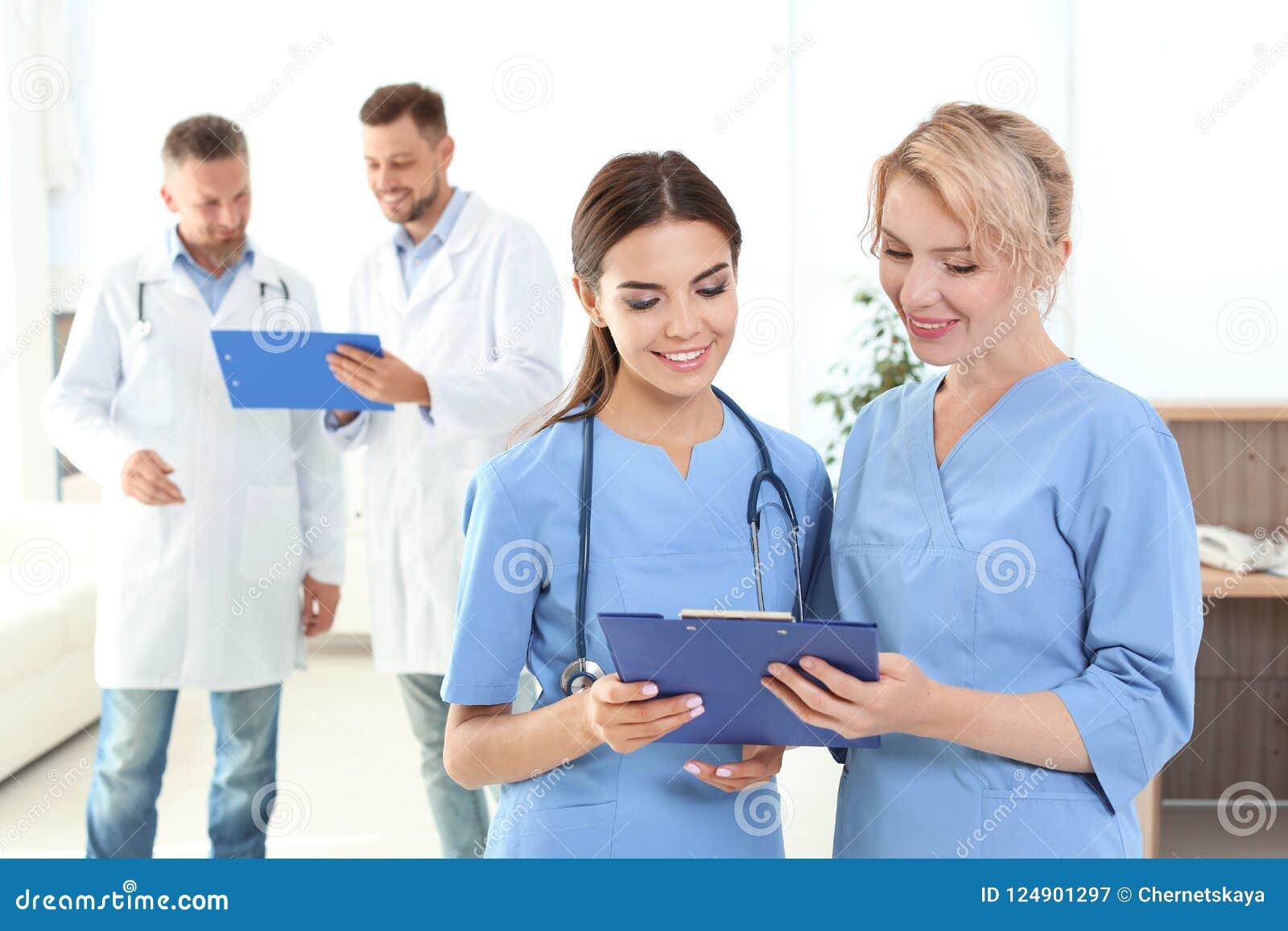 Medyczni asystenci i lekarki w klinice