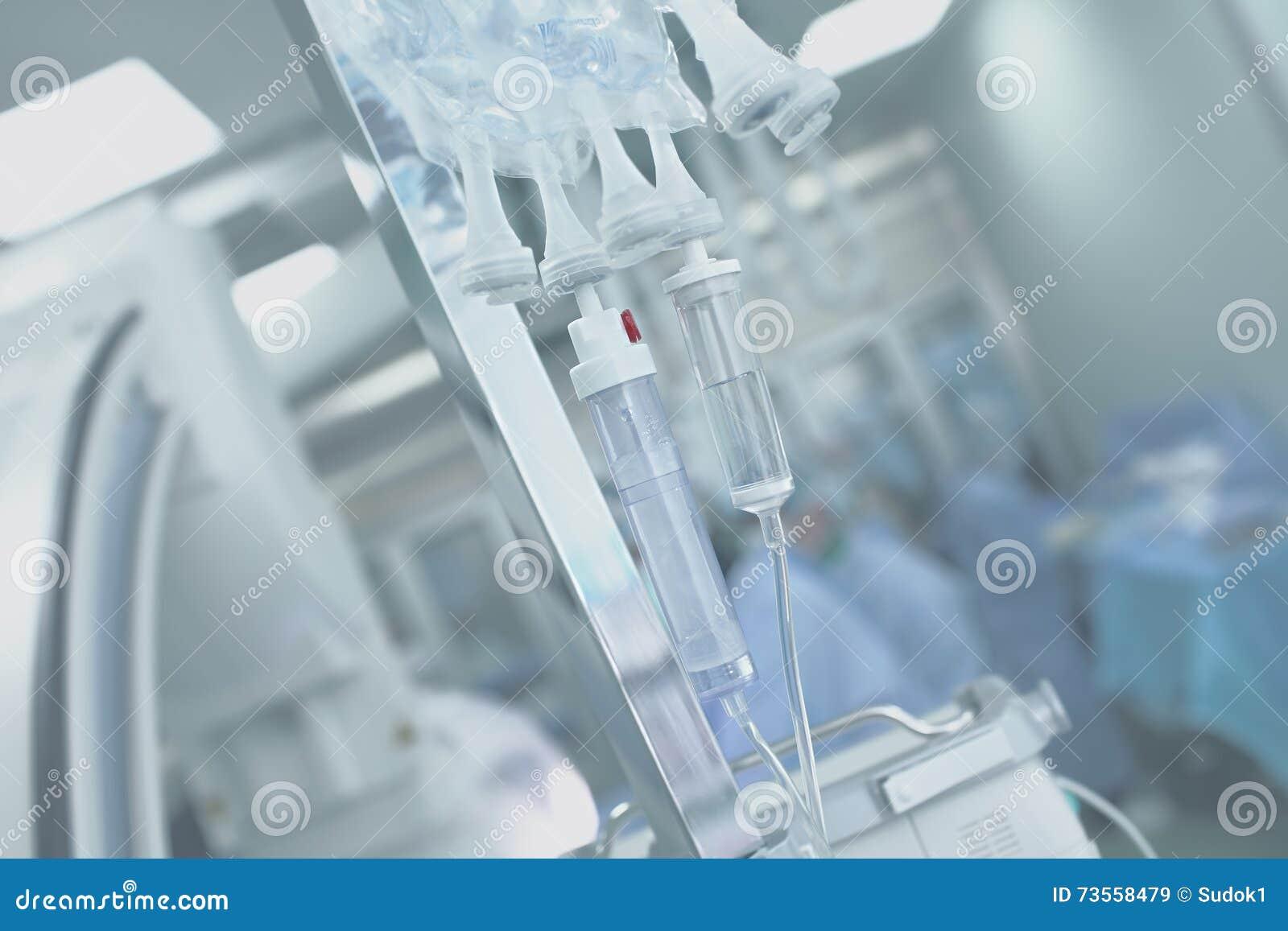 Medyczni IV kapinosa systemy na tle sala operacyjna