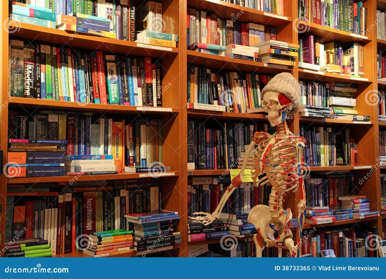 Medyczny księgarni i anatomii kościec