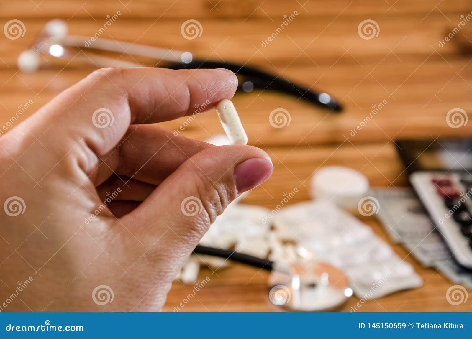 MEDYCZNY poj?cie Kapsuła w ręce na tle medycyny Zako?czenie