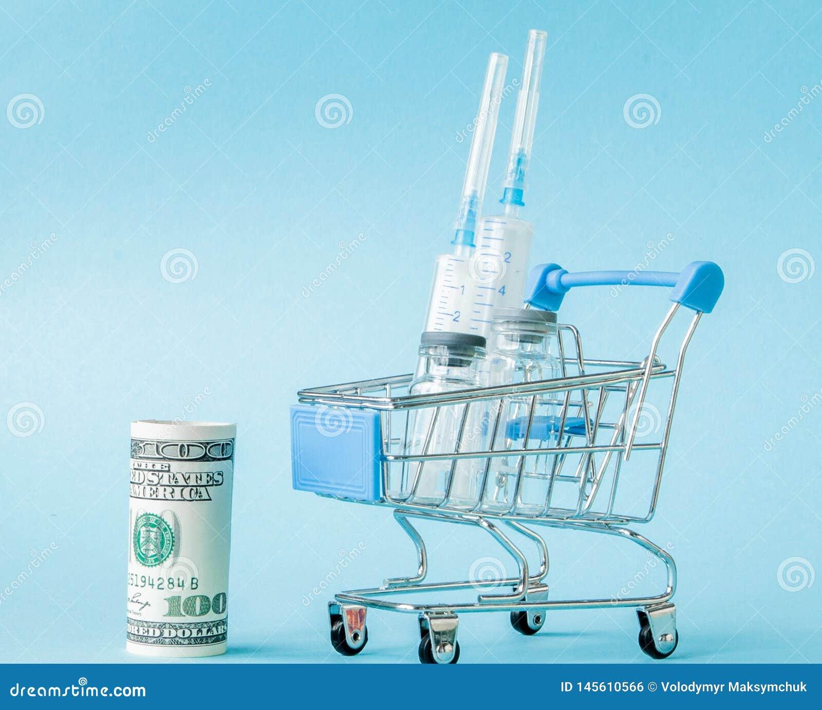 Medyczny zastrzyk i dolary w zakupy tramwaju na b??kitnym tle Kreatywnie pomys? dla koszt opieki zdrowotnej, apteka, zdrowie