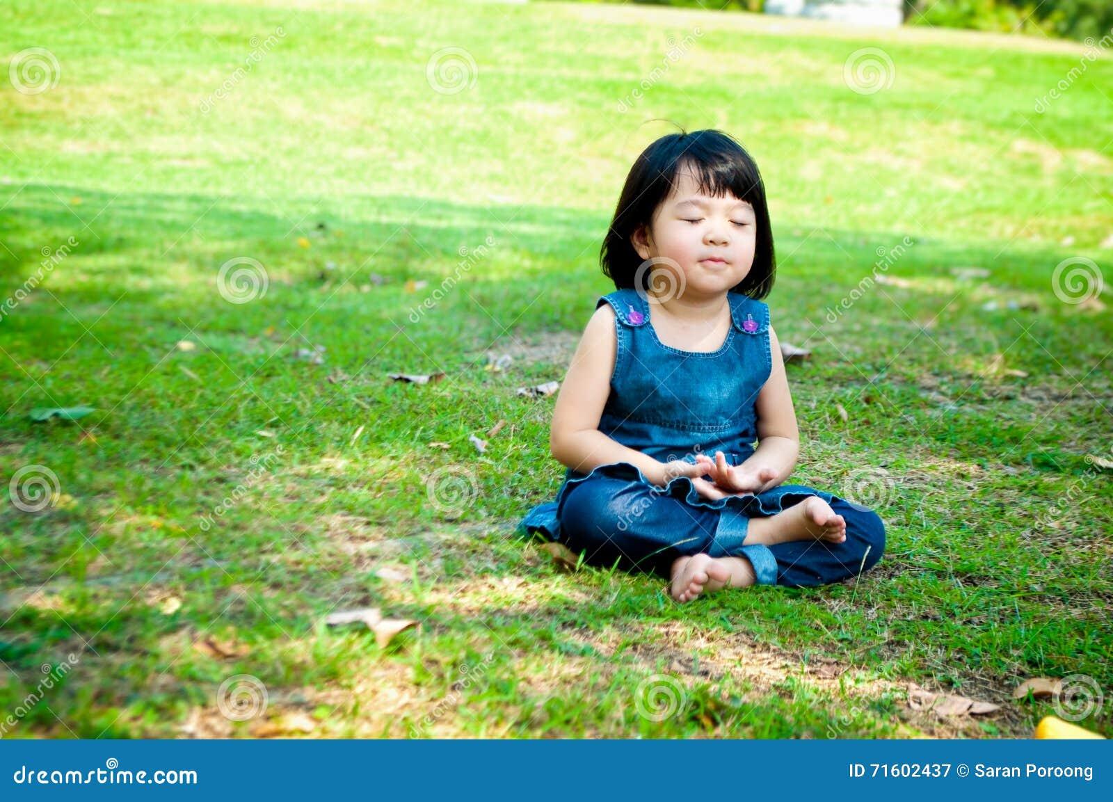 Medytuje dziewczyna