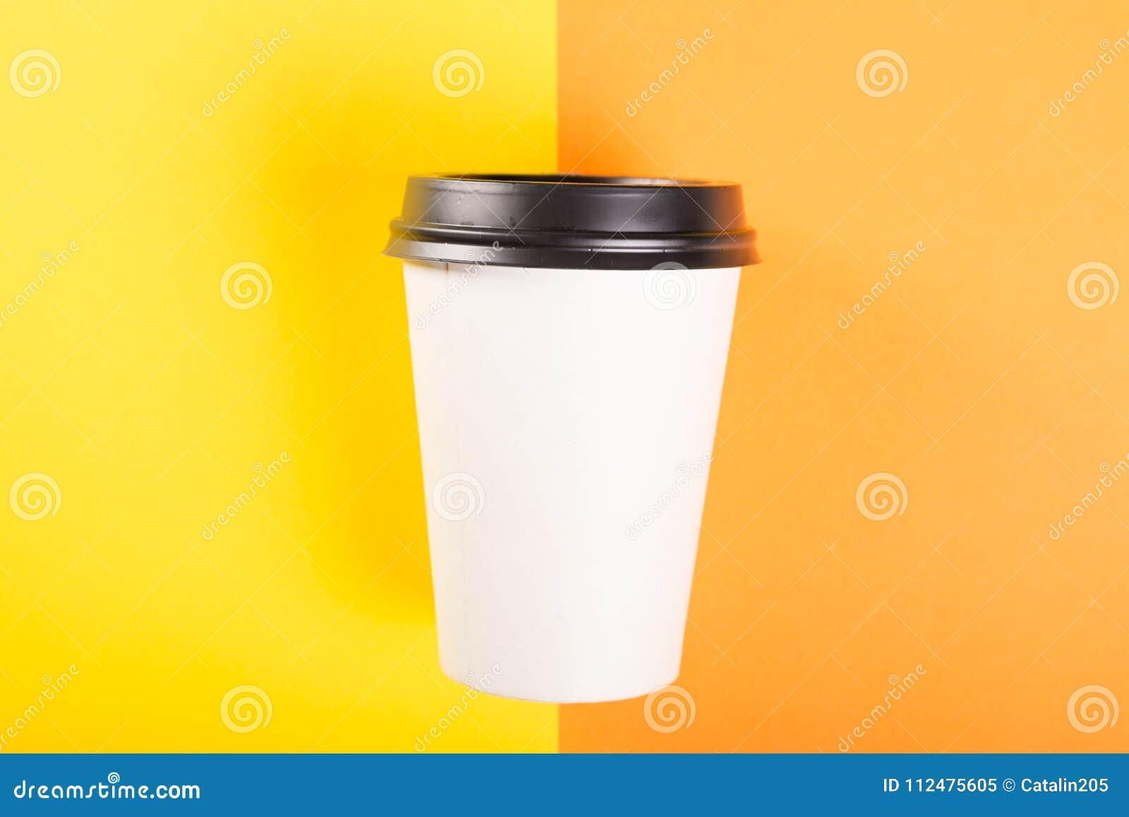 Meeneemkoffiekop op oranje en gele achtergrond