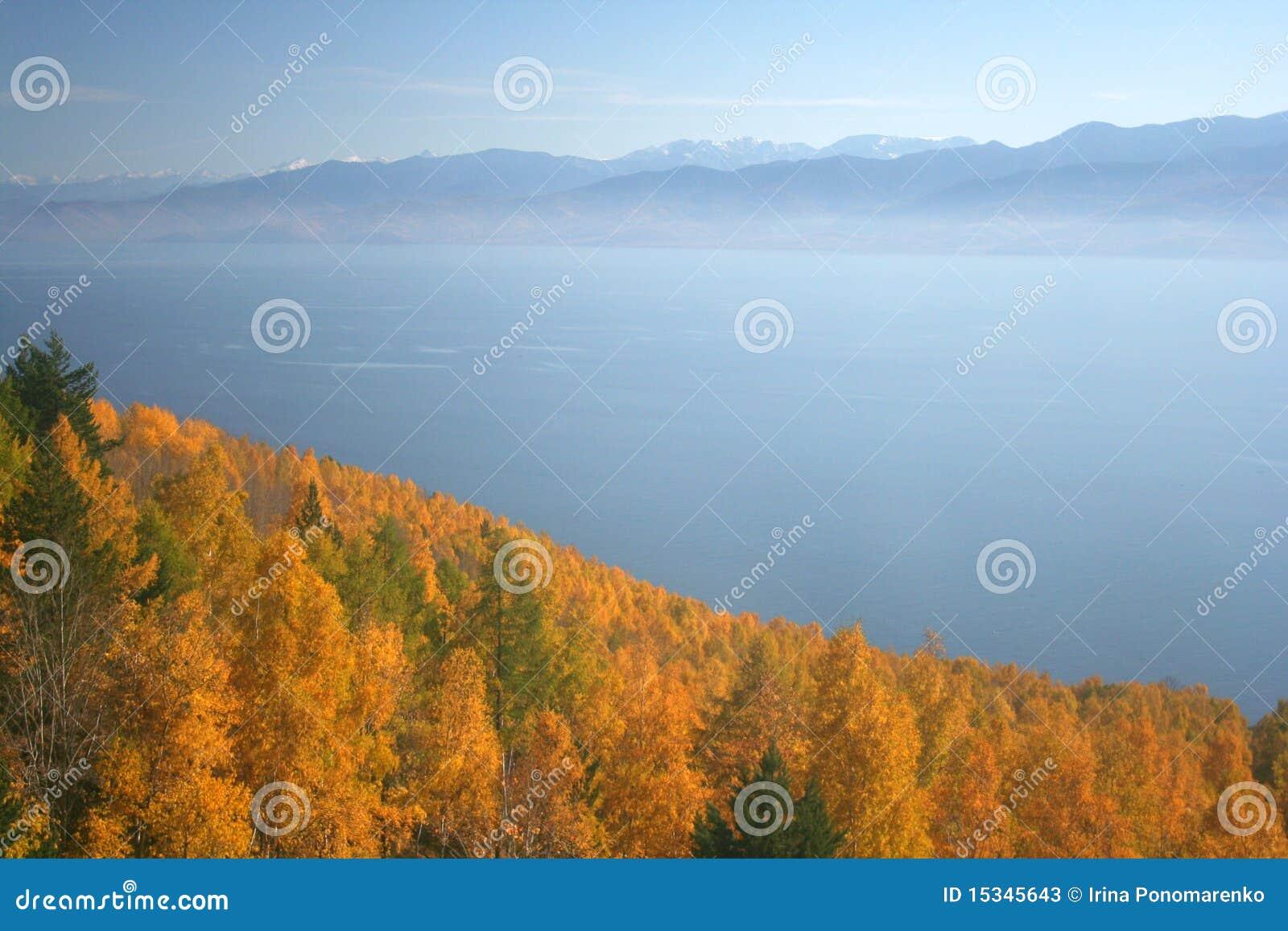 Meer Baikal in de herfst
