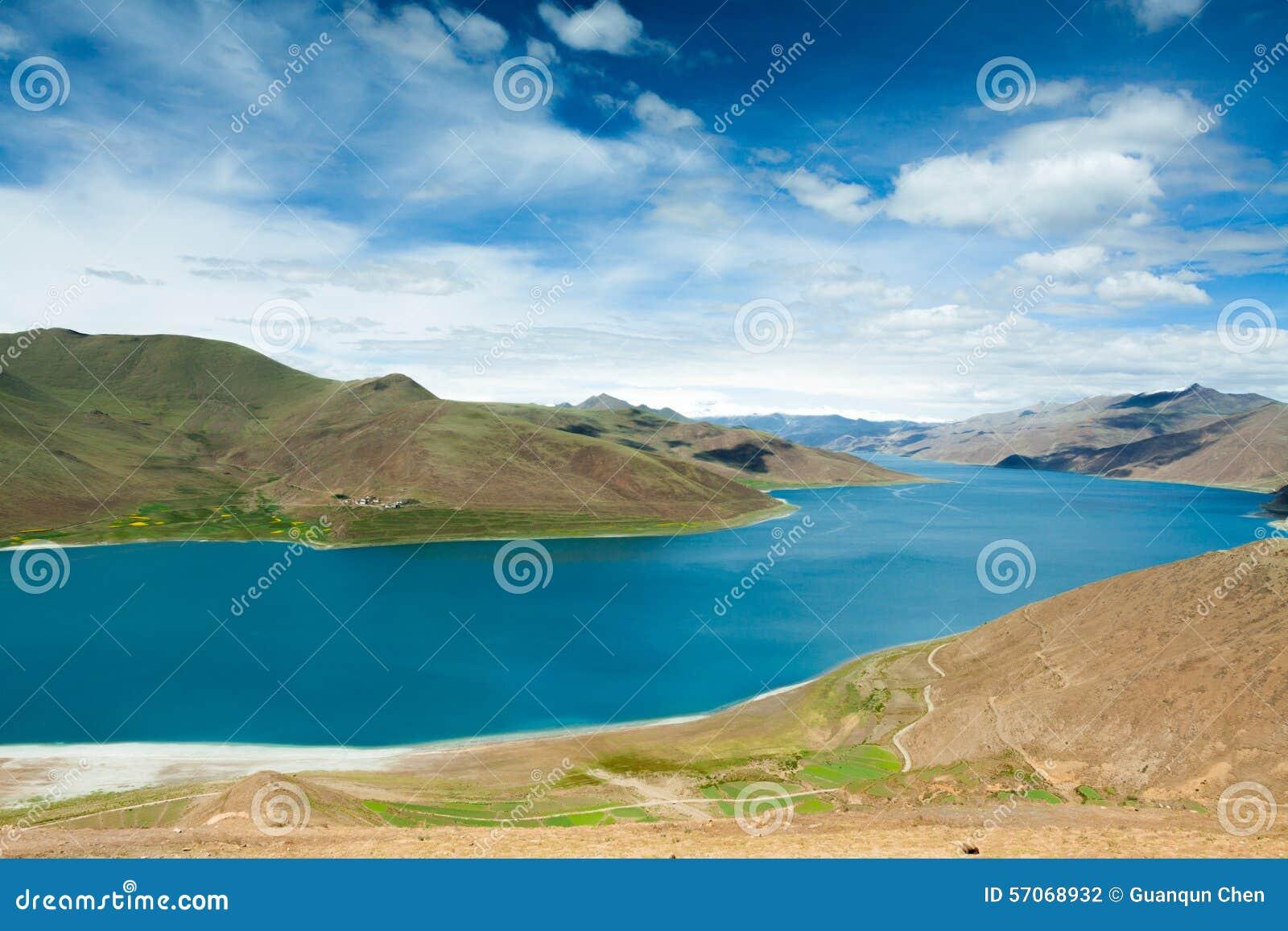 Meer binnen berg in Tibet