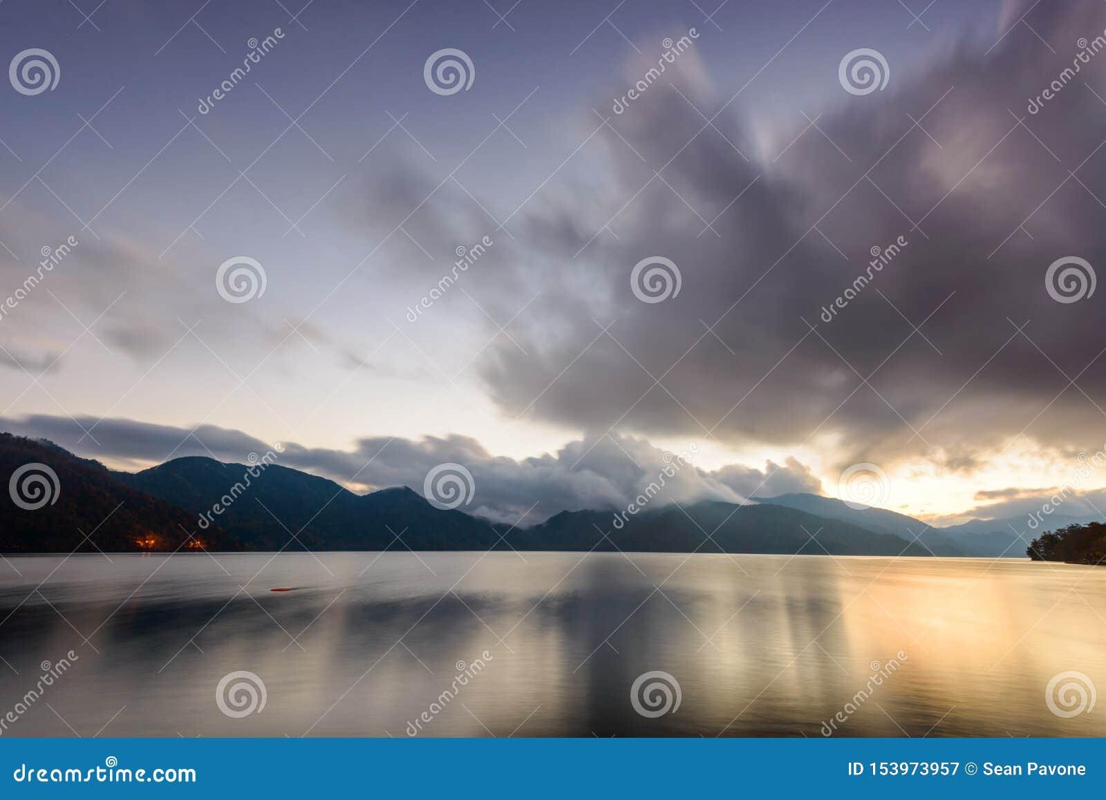 Meer Chuzenji in Nikko, Japan bij zonsondergang