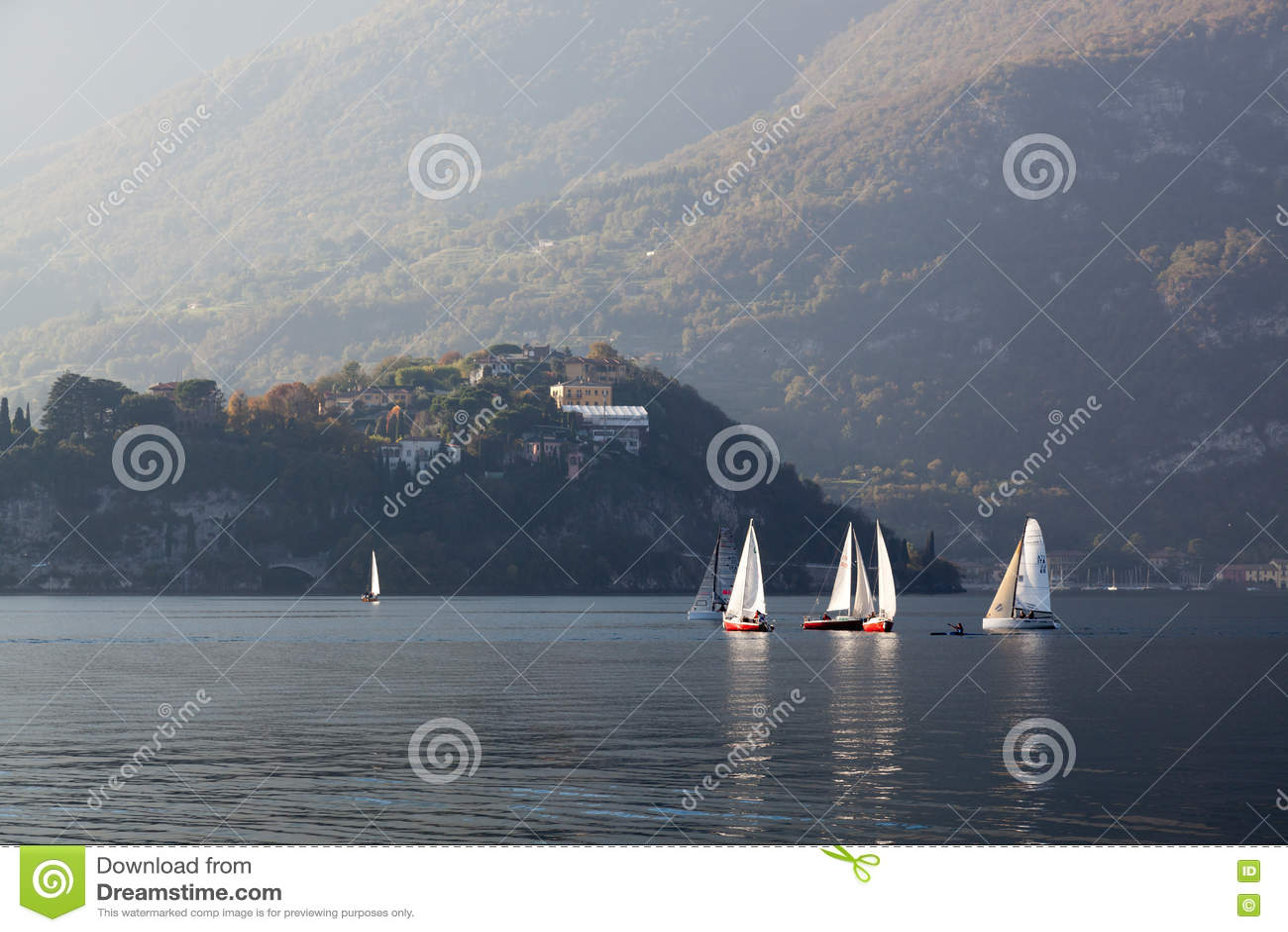 MEER COMO, ITALY/EUROPE - 29 OKTOBER: Het varen op Meer Como Lecc