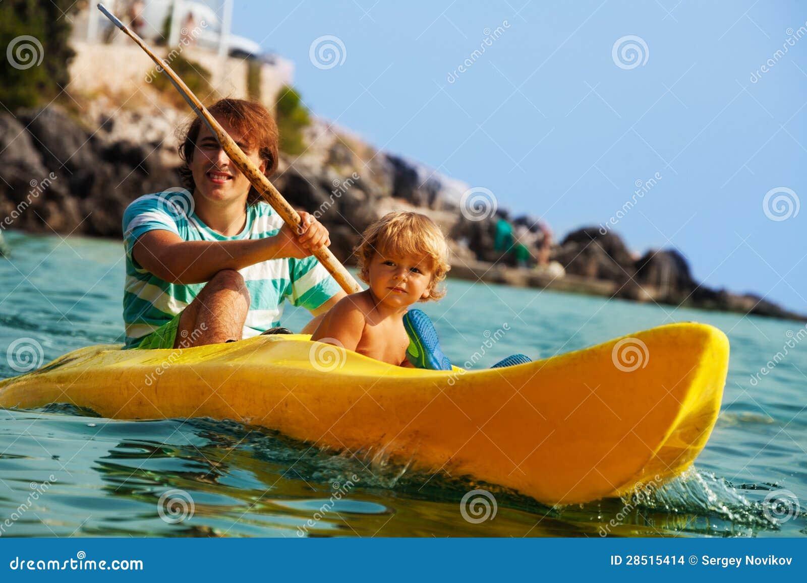 Meer, das mit Kindern kayaking ist