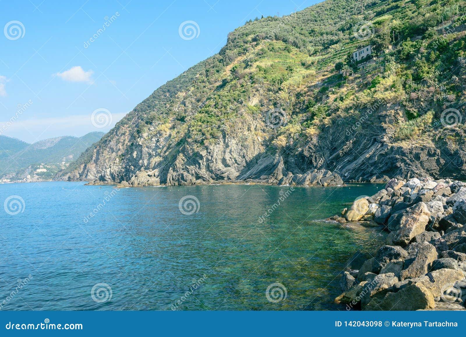 Meer, Himmel, Küste und Berge, Hintergrund mit einem Kopienraum Schöner Meerblick Küste Cinque Terres von Vernazza