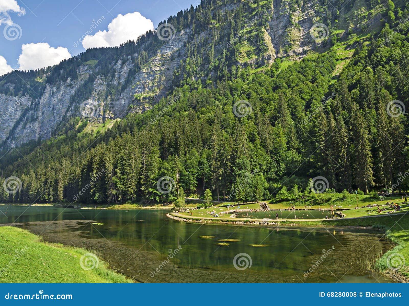 Meer van Montriond, natuurlijk meer in Haute Savoie -gebied, Franse Alpen