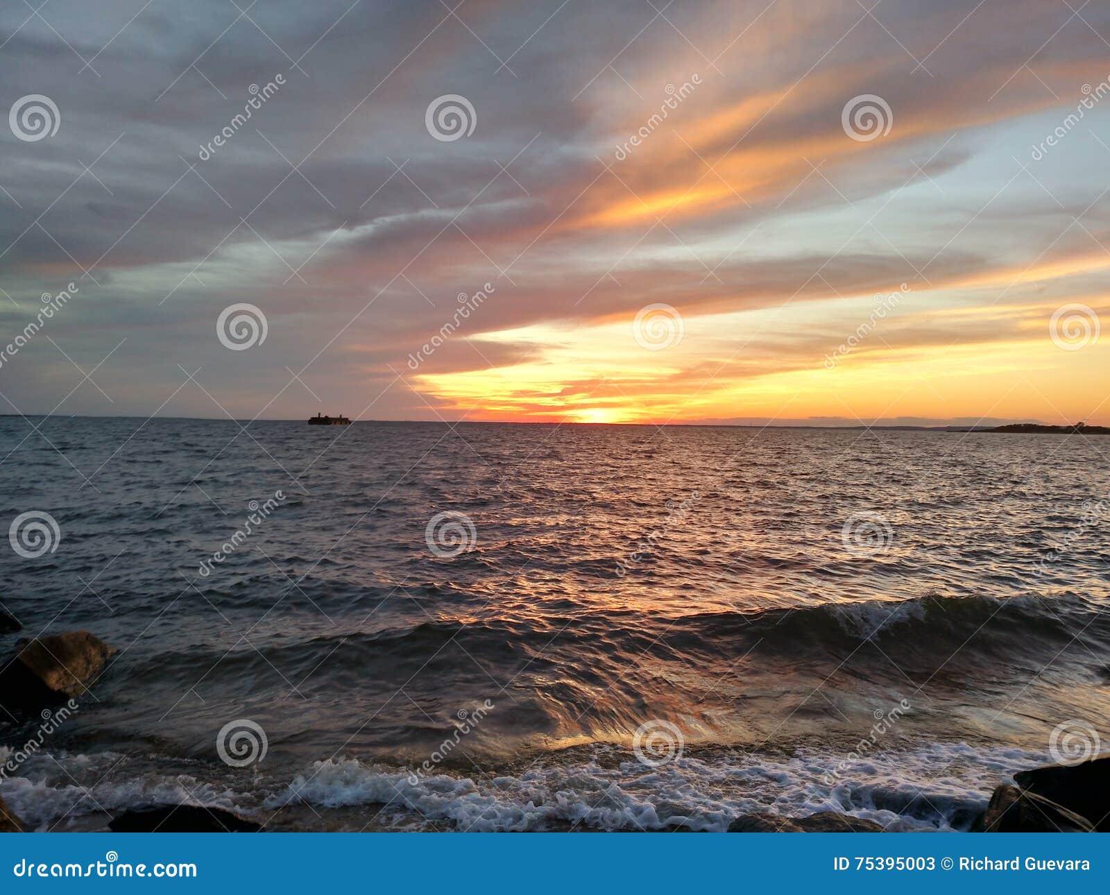 Meerblick, schöner Sonnenuntergang mit Niedrigwasserwellen