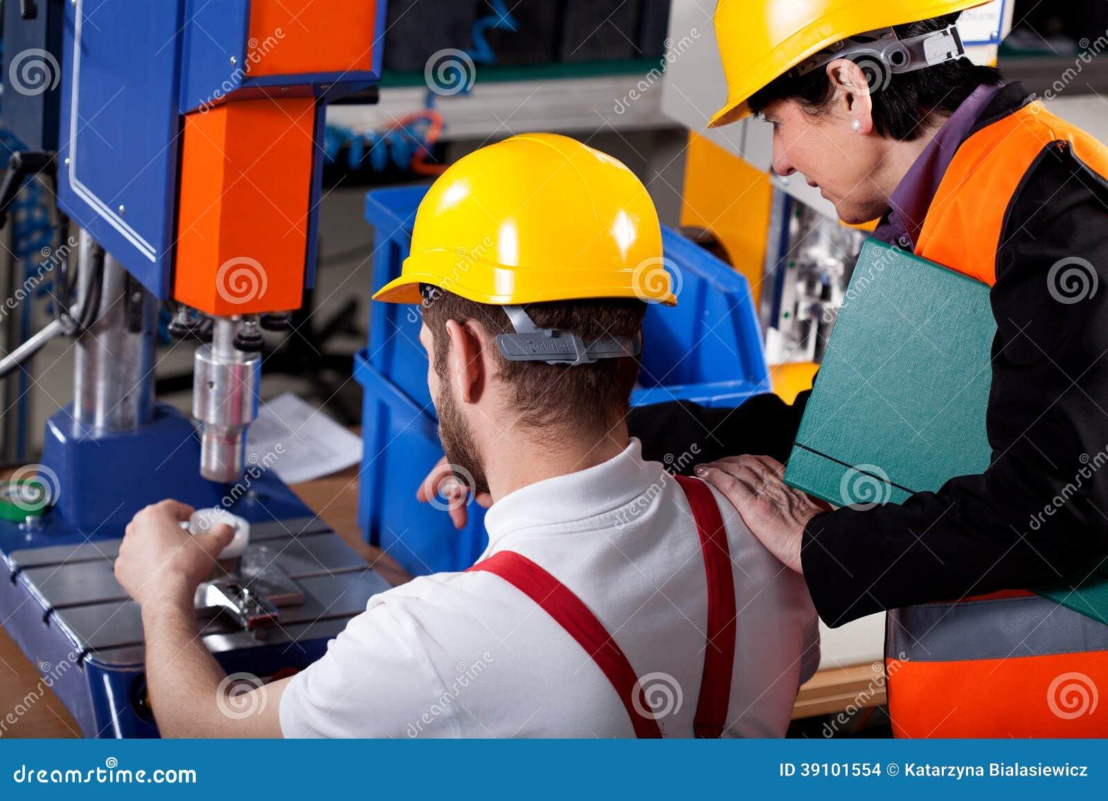 Meerdere met arbeider in pakhuis