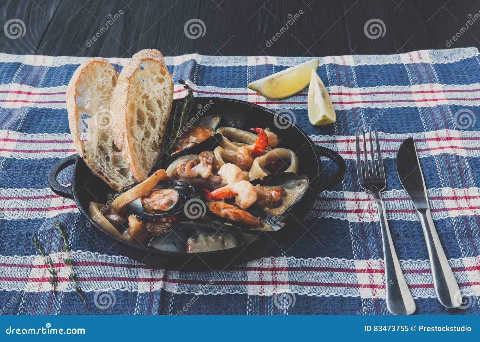 Meeresfrüchte-Eintopfgericht In Der Kasserolle, Italienische ...