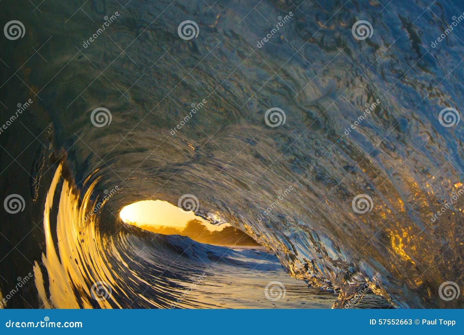 Meereswoge-Rohr bei Sonnenuntergang auf dem Strand in Kalifornien