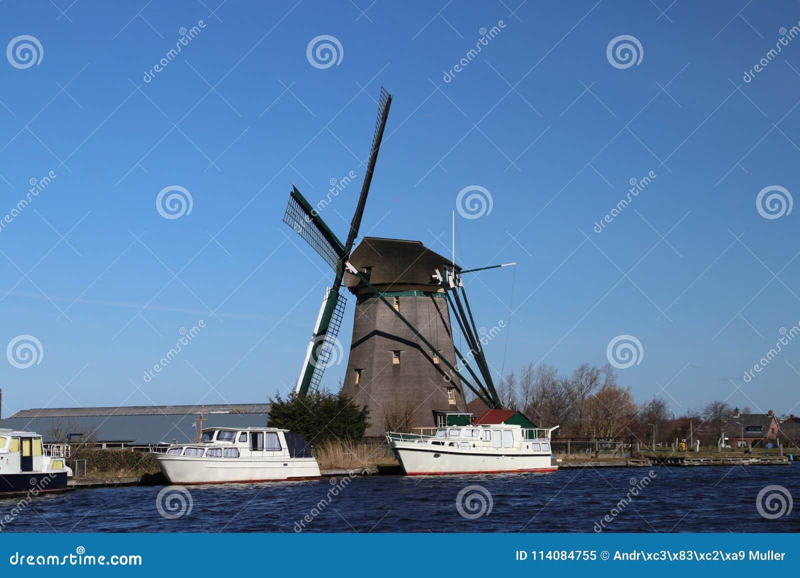 Meergebied van Oude Ade in gebieds Noord-Holland met windmolen