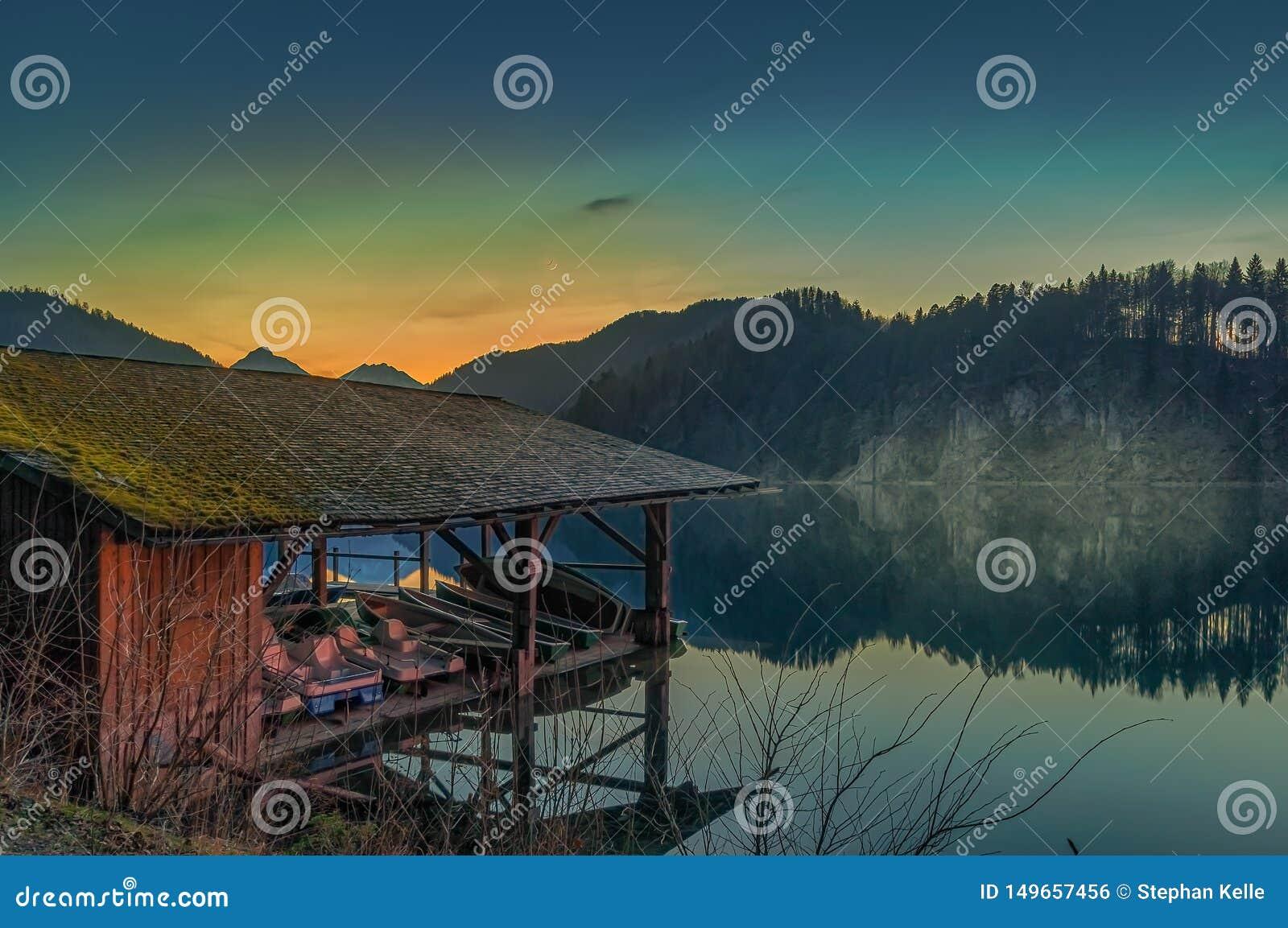 Meerhuis met een kleine pijler voor de bergen