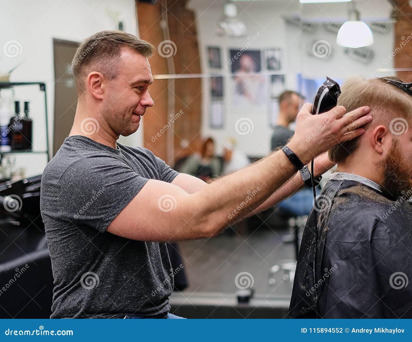 Meester in haarknipsel Goed stemmings goed kapsel voor een tevreden klant