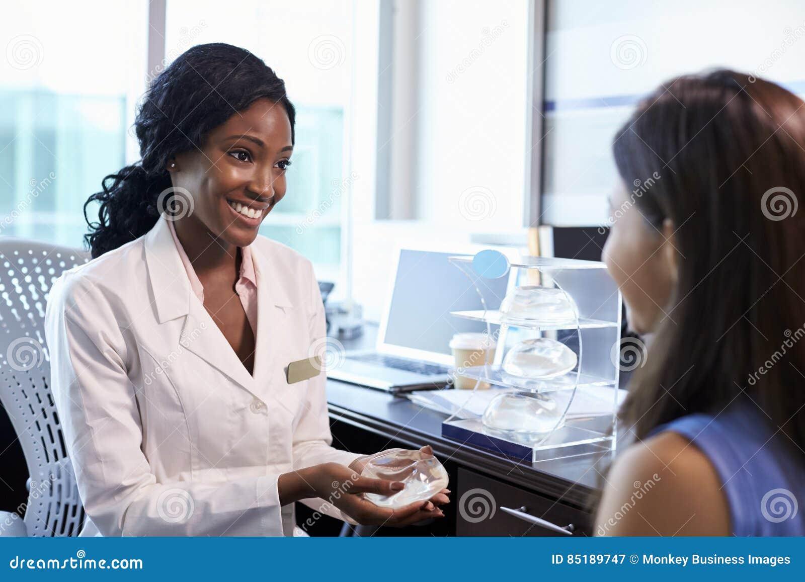 Meeting With Female för bröstkirurgikonsulent patient