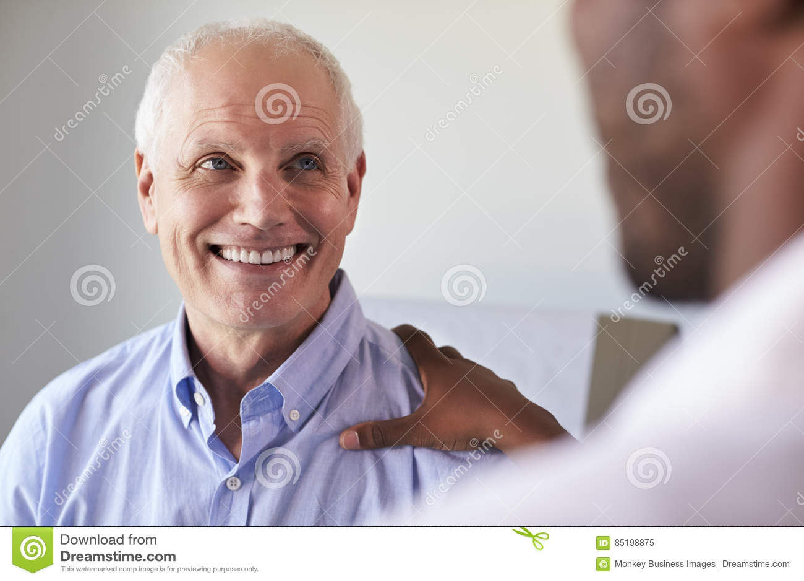 Meeting With Mature Male医生患者在检查屋子里