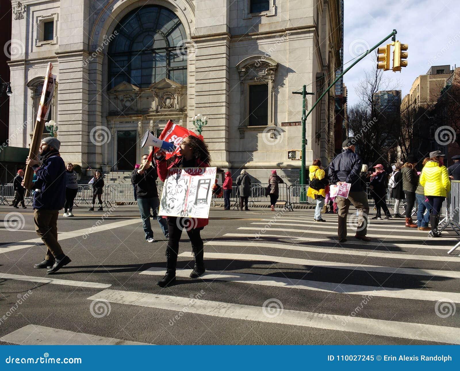 Megáfono, llamada a la acción, ` s marzo, Central Park del oeste, NYC, NY, los E.E.U.U. de las mujeres