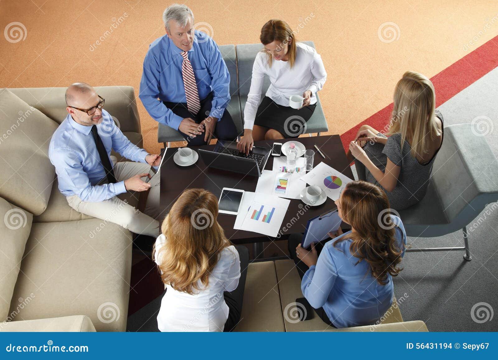 Megaphone γυναικείων ατόμων επιχειρησιακού καφέ ομάδα