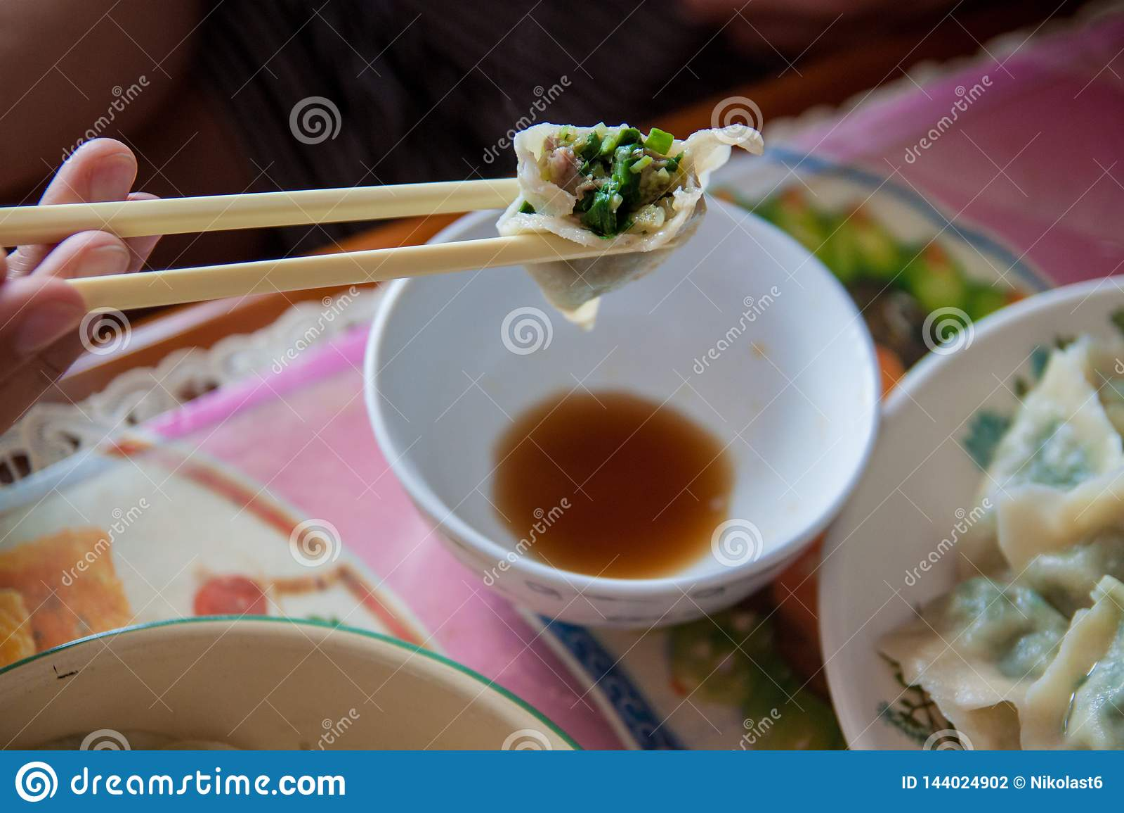 Mehlklöße des traditionellen Chinesen Kochen von selbst gemachten Mehlklößen mit Fleisch und Grüns