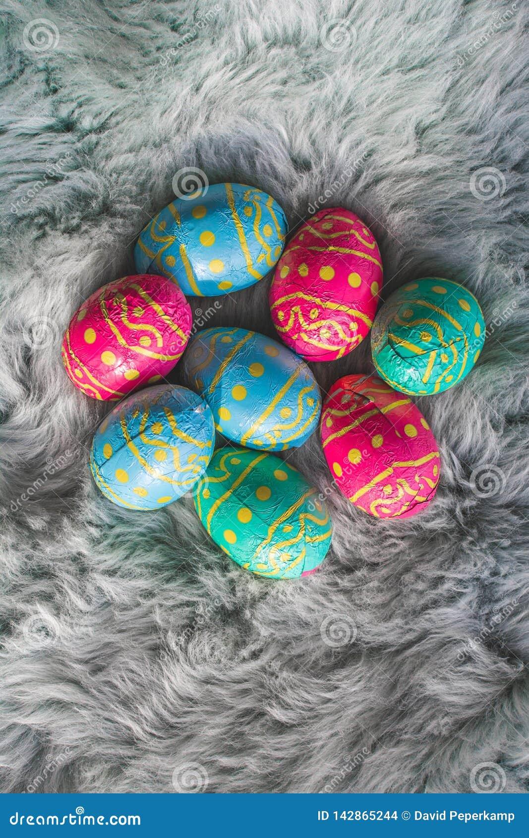 Mehrfache farbige Ostereier auf des Rosas, Blauer und Gr?ner den Eiern des Pelzes, Ostern-backgroung