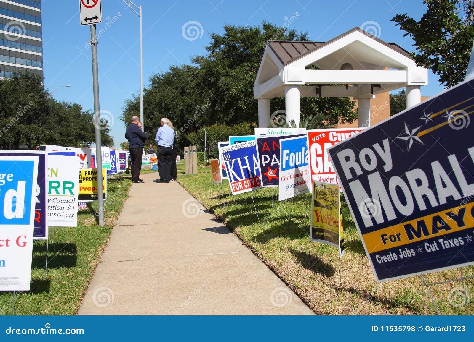 Mehrfache Kampagnenzeichen mit Wählern