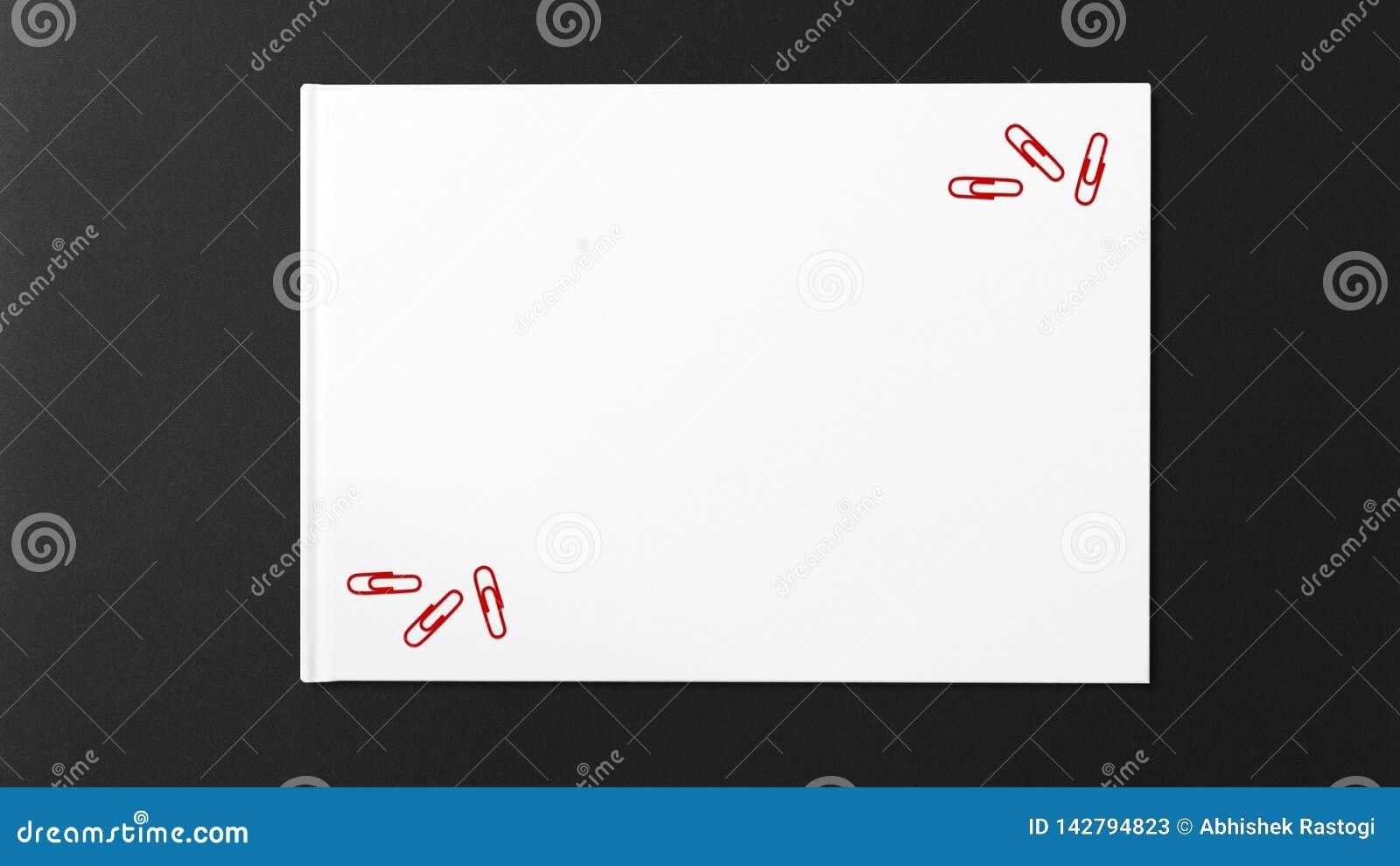 Mehrfaches rotes Papier auf Weißbuch auf dunklem Hintergrund