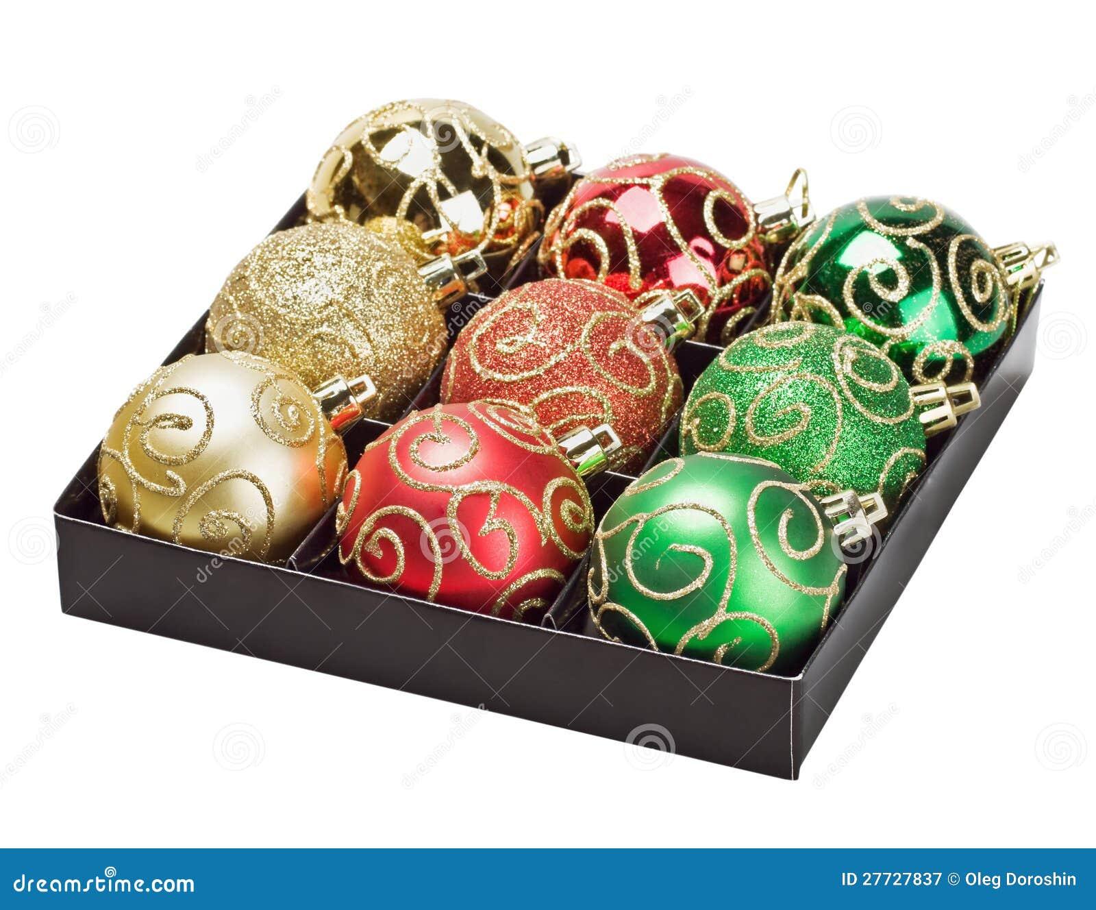 Mehrfarbige Weihnachtskugeln in einem Kasten