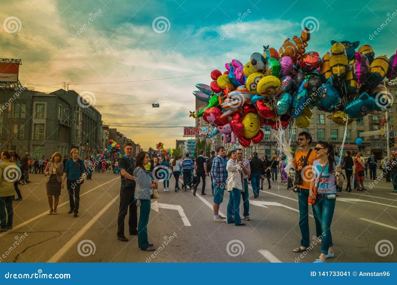 Mehrfarbiger sozialfeiertag auf Straße
