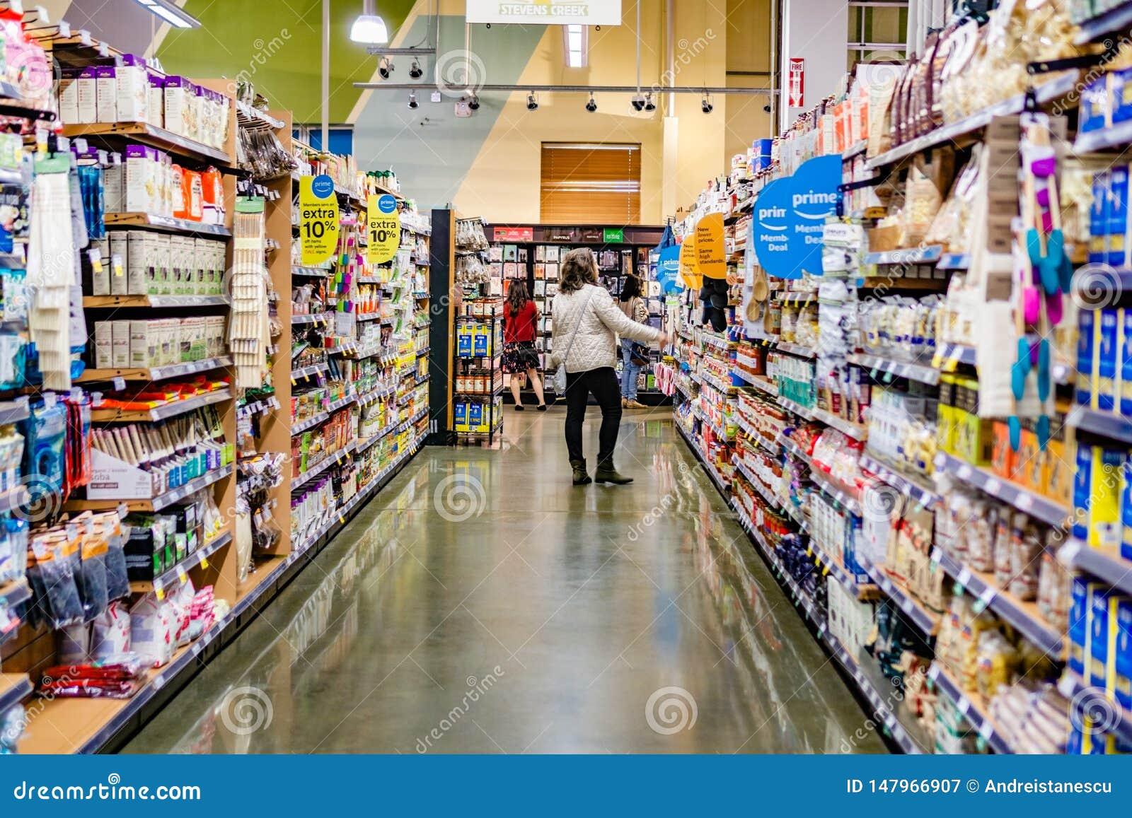 17 mei, 2019 Cupertino/CA/de V.S. - Weergeven van een doorgang in een Whole Foods-opslag, de aanbiedingen van het Amazon Primelid
