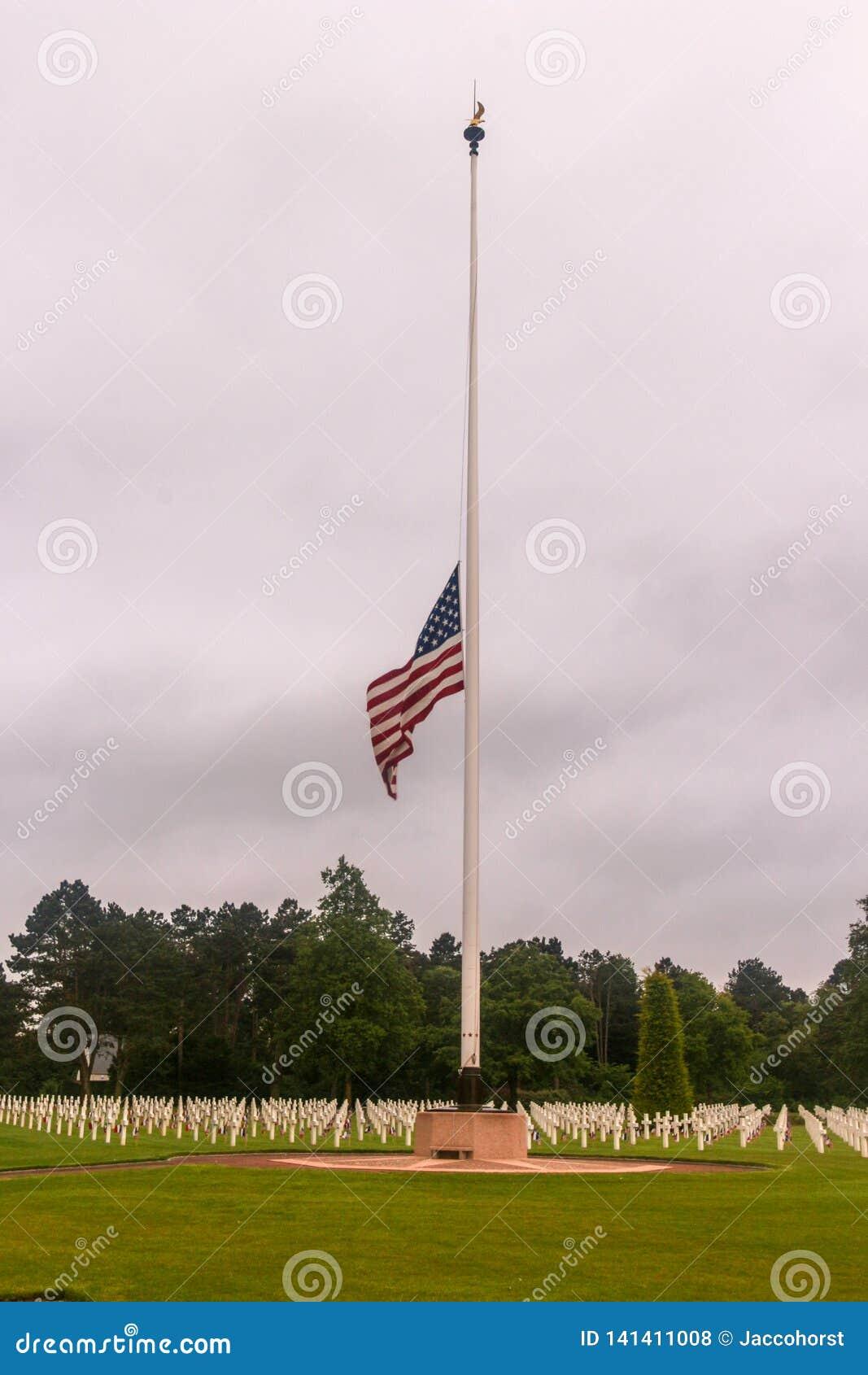 Meia haste da bandeira americana no cemitério WW2