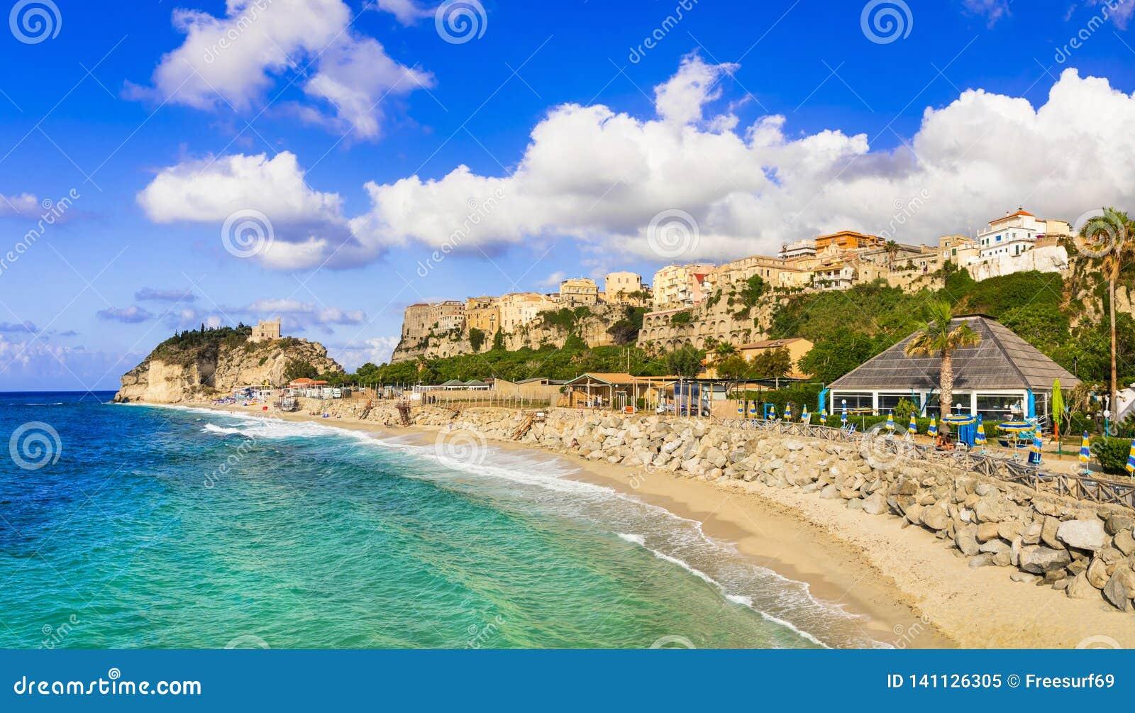 Meilleur de la Calabre, ville de Tropea - vue de ville et de belle plage l Italie