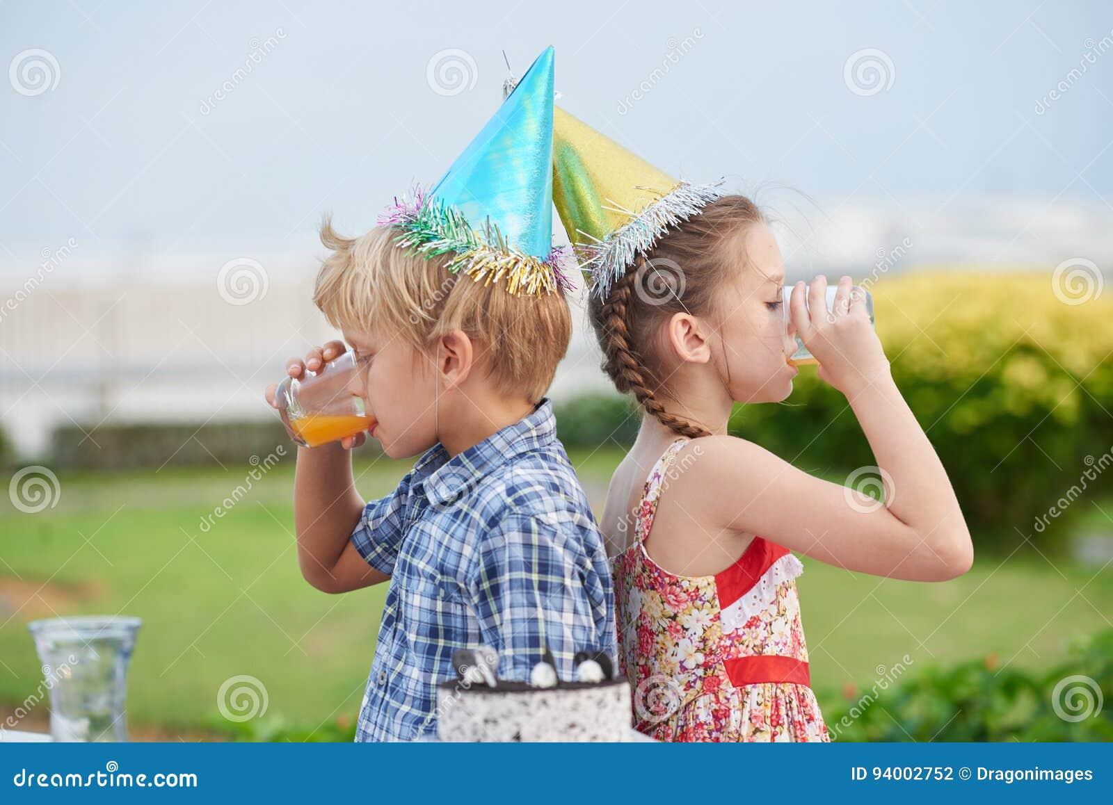 Meilleurs amis à la fête d anniversaire extérieure