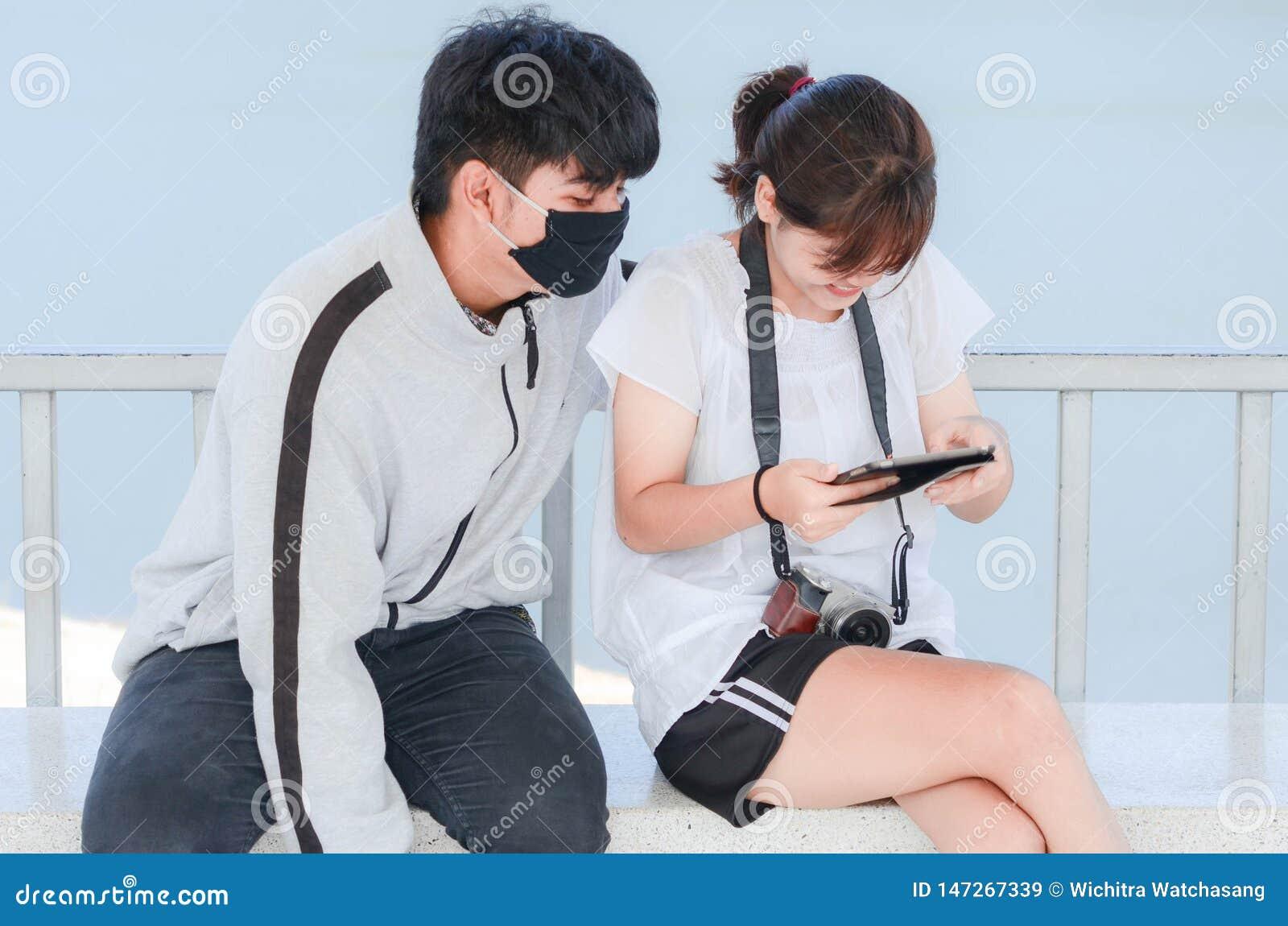 Meilleurs amis gais regardant les photos dr?les dans les r?seaux sociaux par l interm?diaire du smartphone