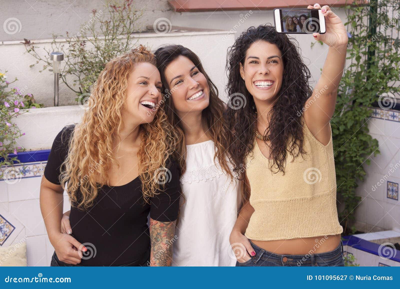 Meilleurs amis heureux faisant le selfie au téléphone mobile ou intelligent avec a