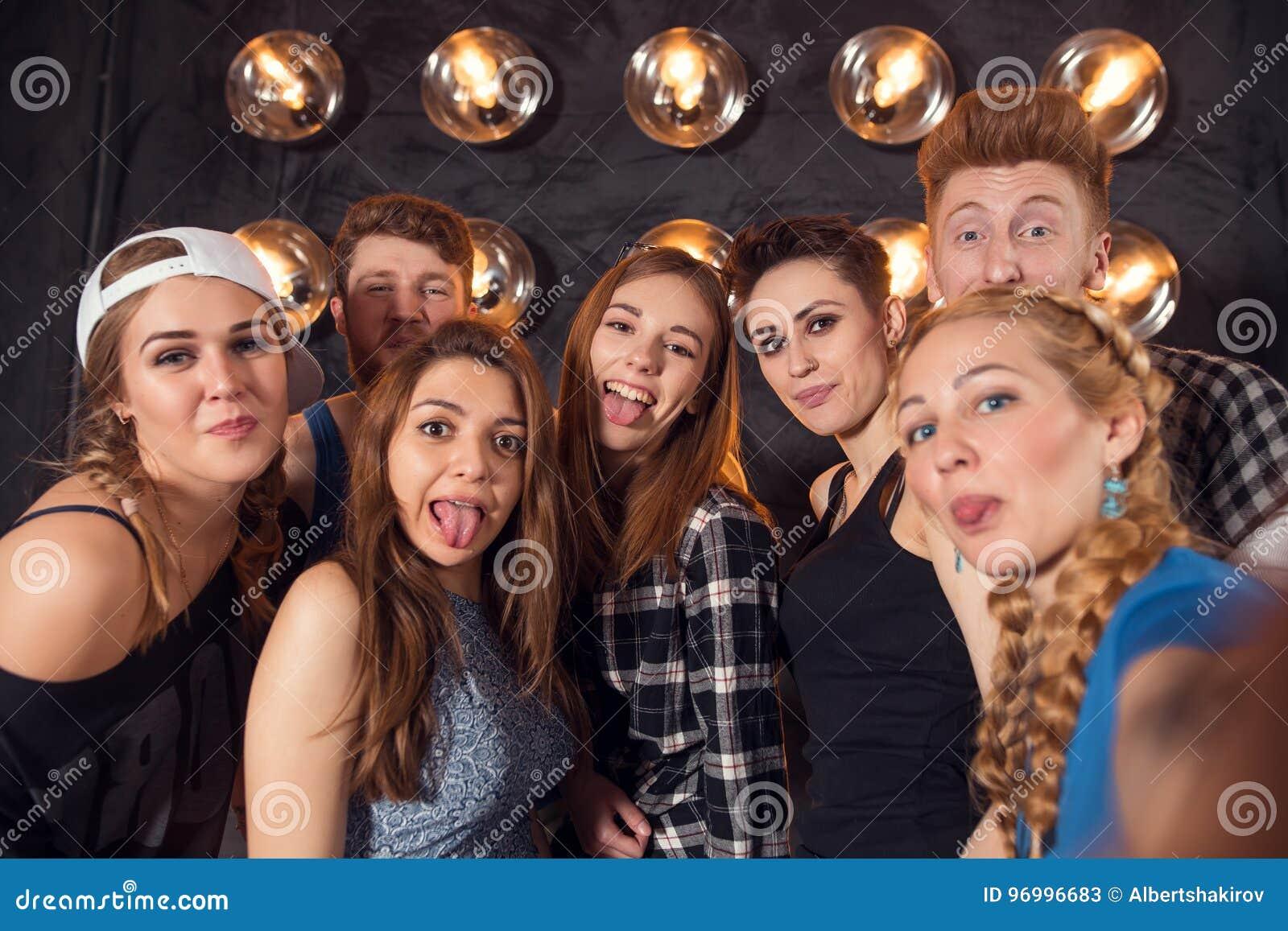 Meilleurs amis prenant le selfie dehors avec le contre-jour - concept heureux d amitié avec les jeunes ayant l amusement ensemble