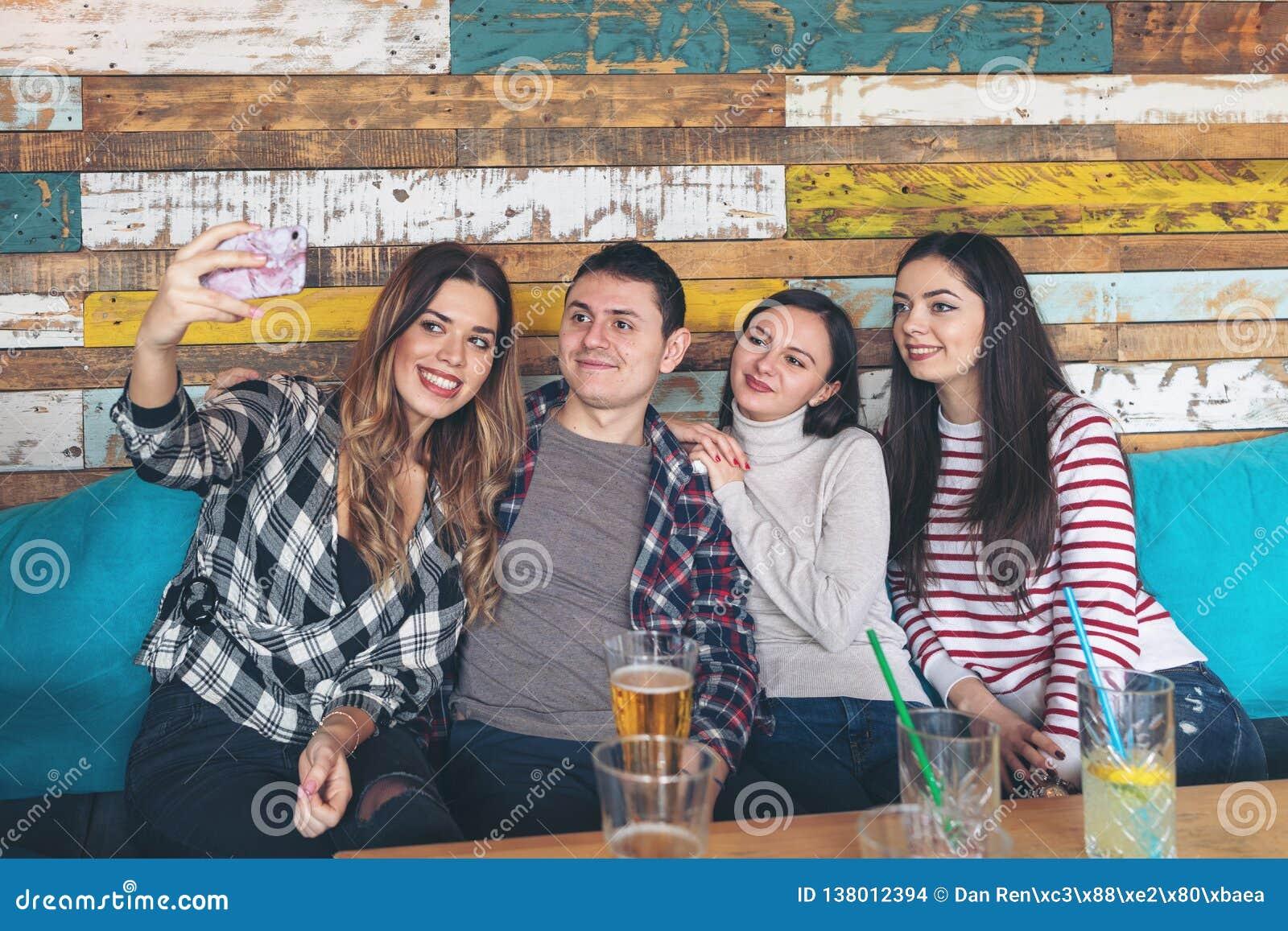 Meilleurs amis prenant le selfie et ayant l amusement à la barre rustique - concept de la jeunesse et d amitié