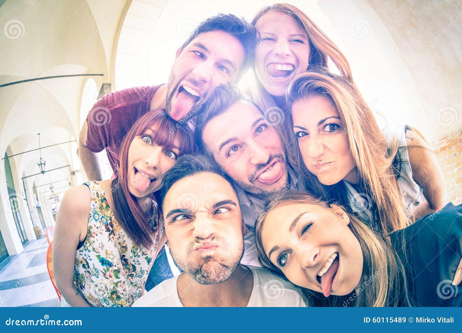 Meilleurs amis prenant le selfie et ayant l amusement ensemble